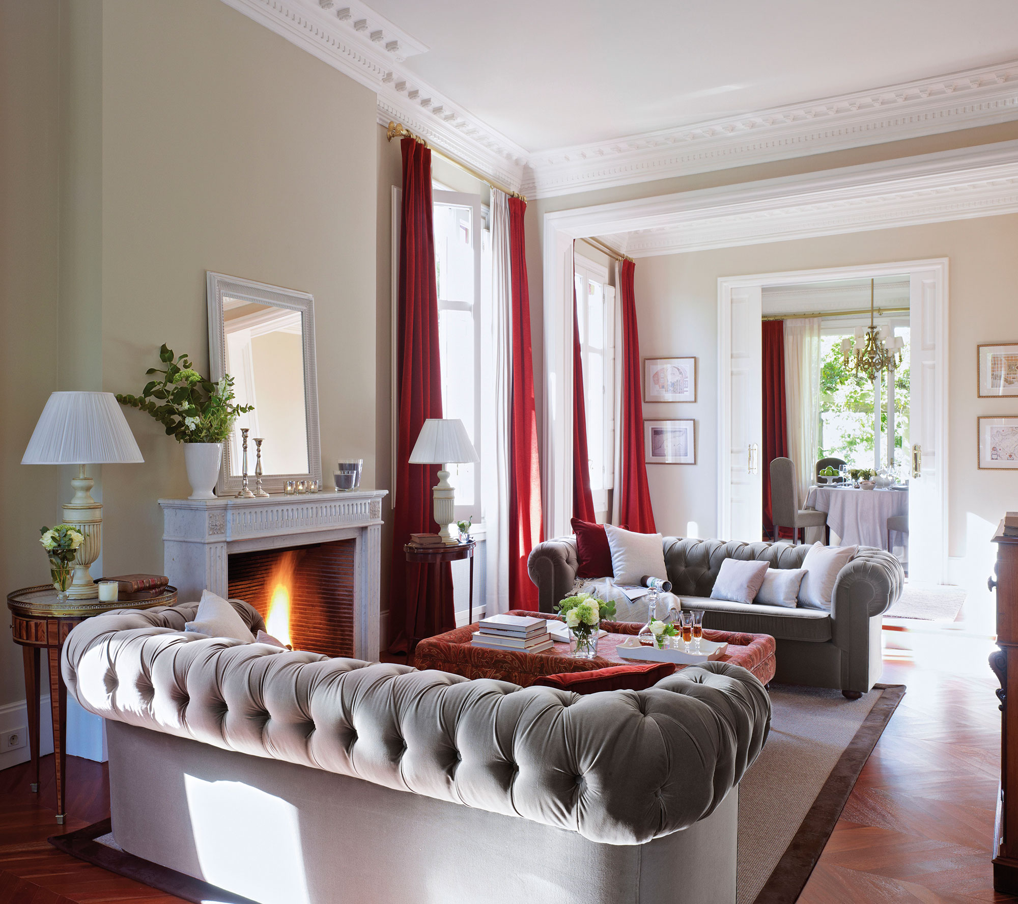 Charming Salón Con Sofás Chester En Gris Y Rojo