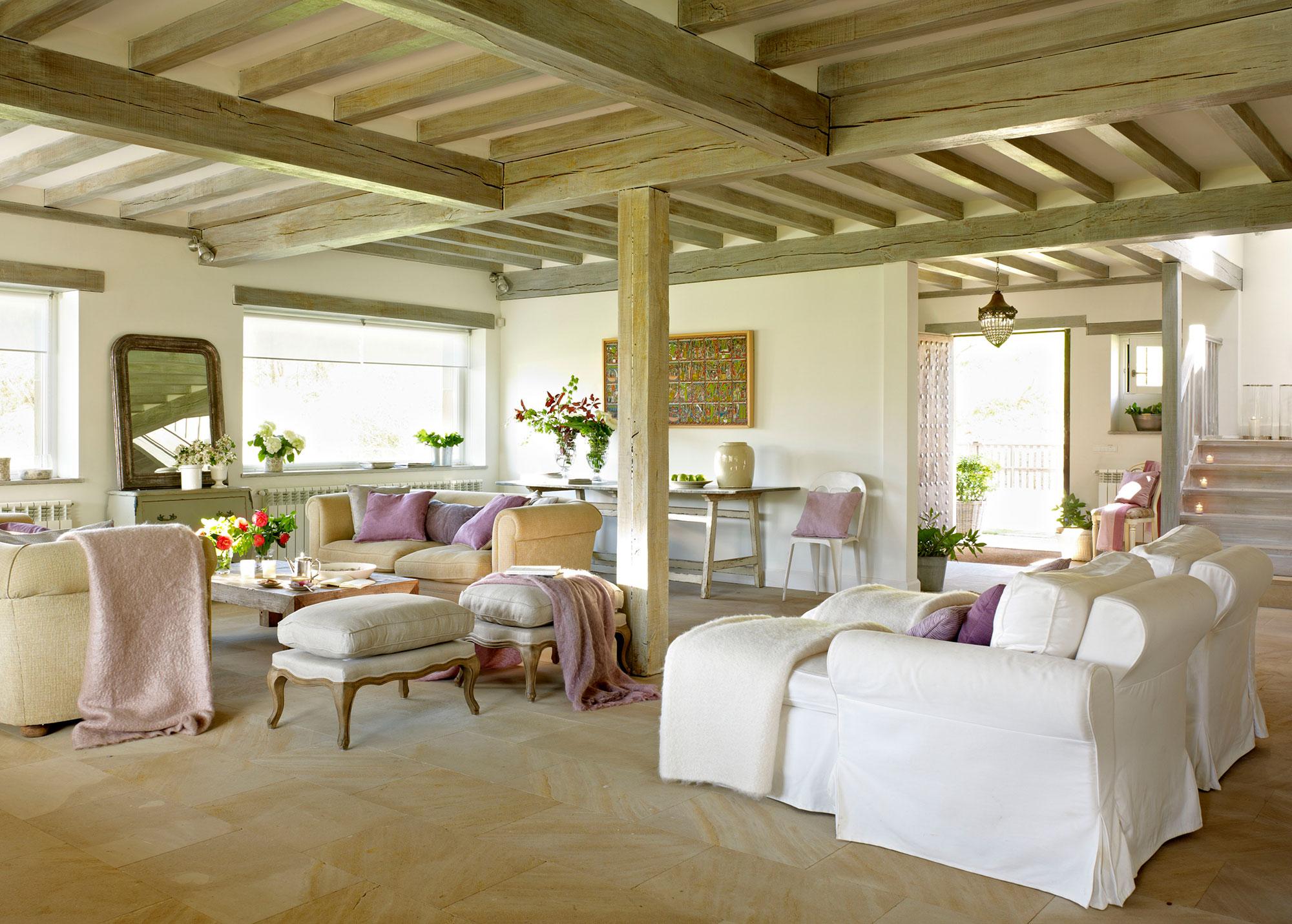 Salón con vigas vistas y detalles en violeta