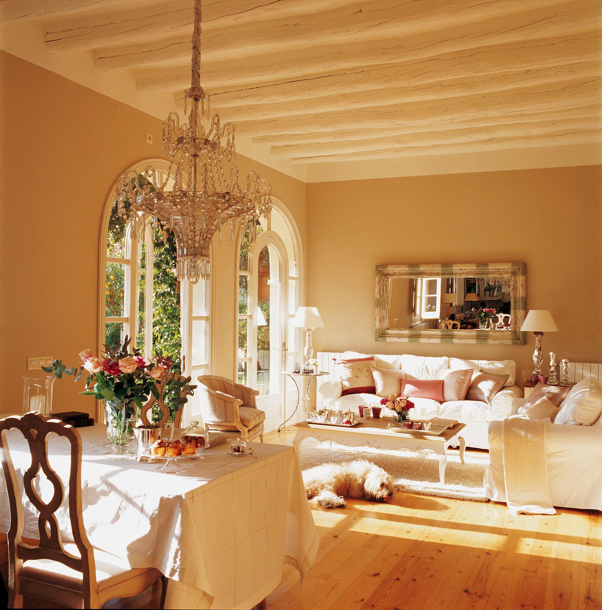 Salón en beige con lámpara de araña