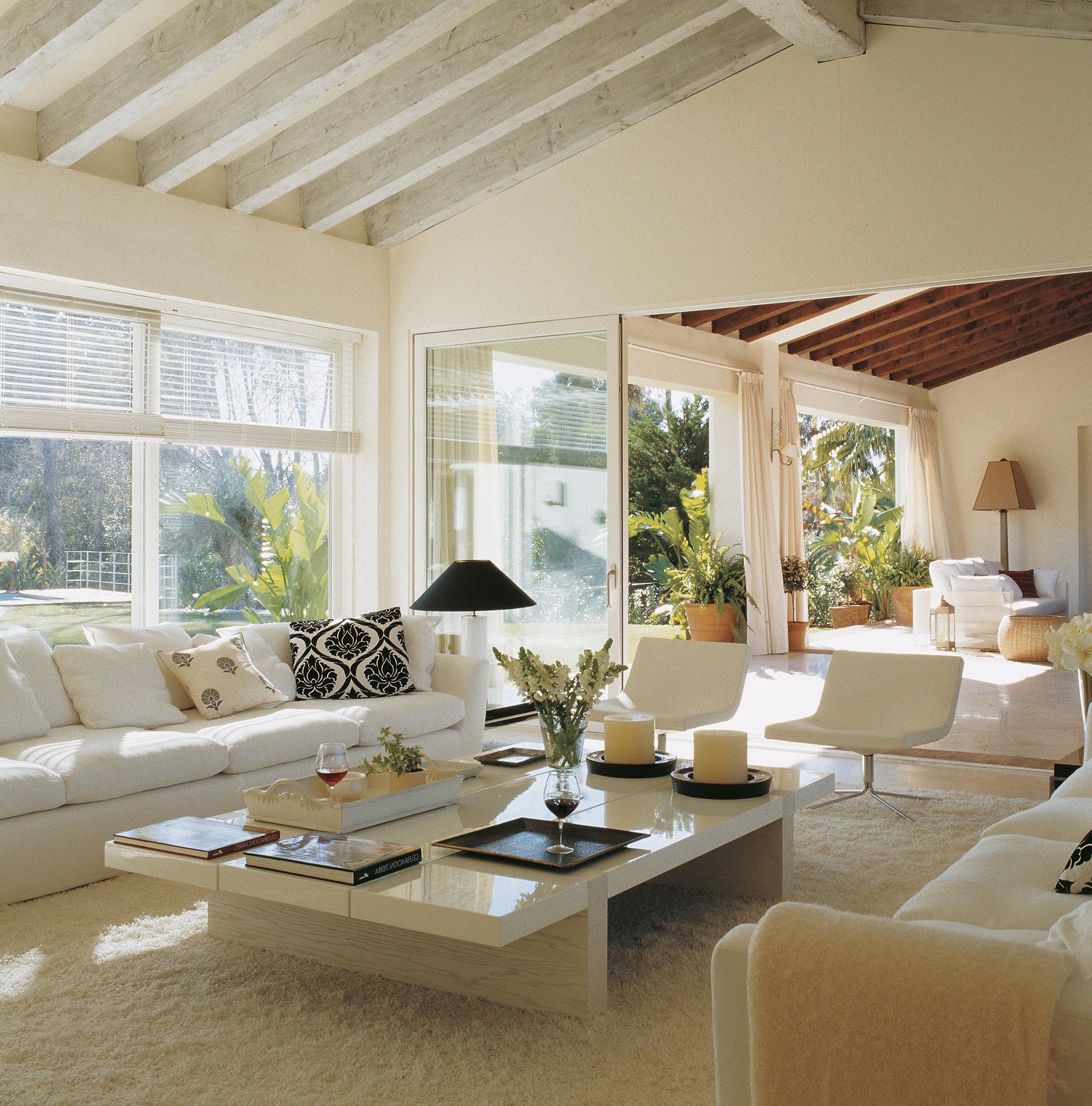saln en blanco con techo de vigas vistas blancas