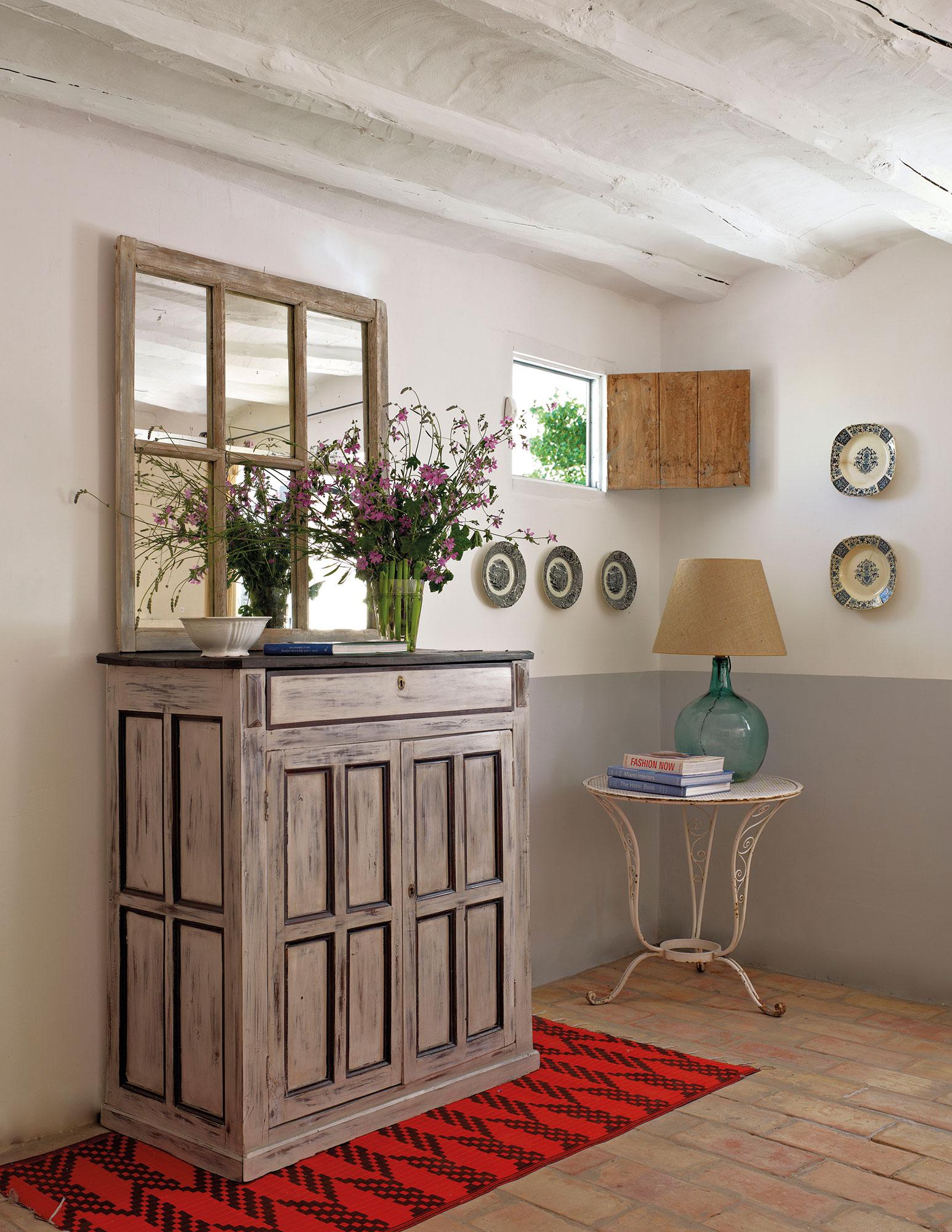 30 ideas para renovar tu casa con un bajo presupuesto - Como colocar un espejo encima de un aparador ...