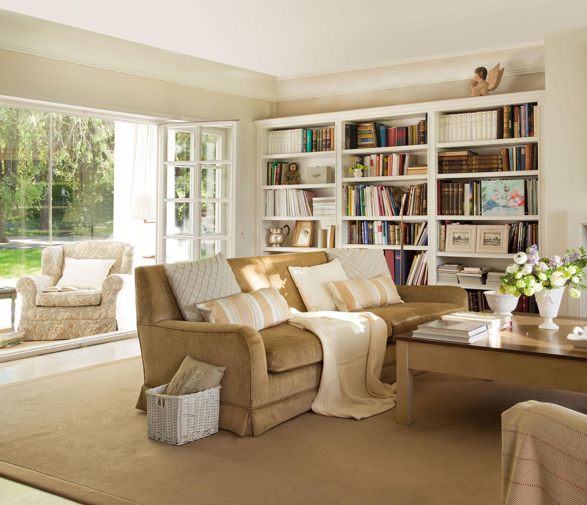 30 ideas para renovar tu casa con un bajo presupuesto for Papel pintado salon marron