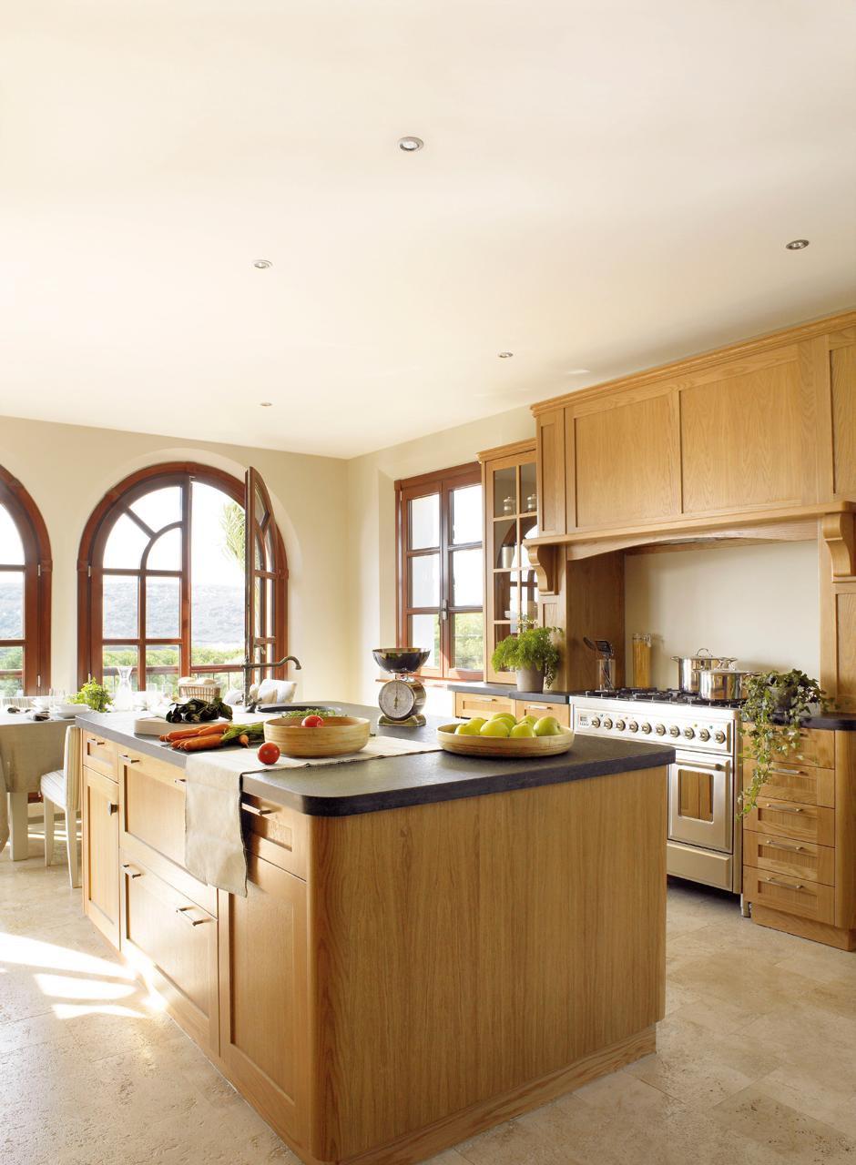 Las 9 cocinas de madera m s c lidas for Cocina con electrodomesticos de color negro