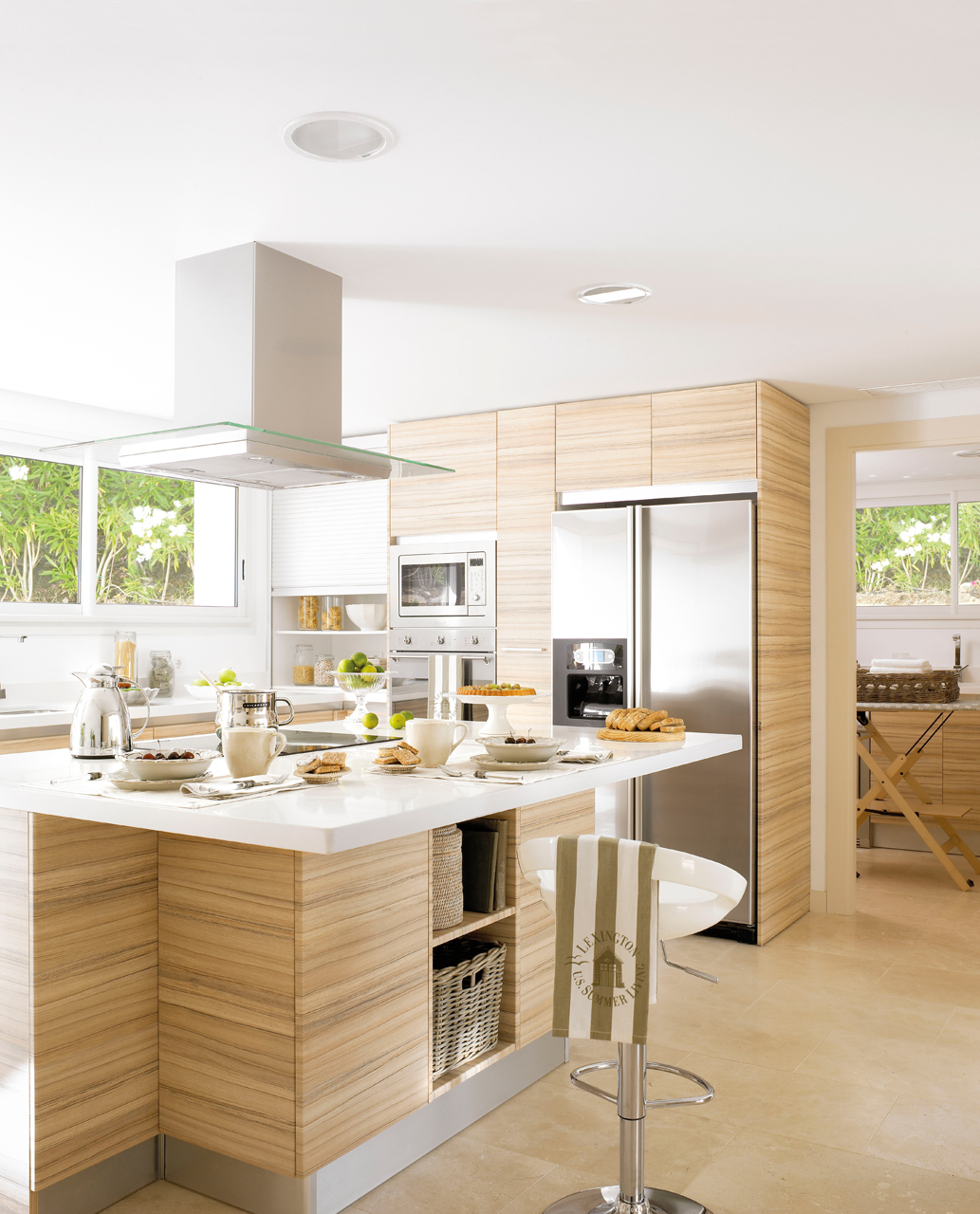 Las 9 cocinas de madera m s c lidas for Islas de cocina y camareras