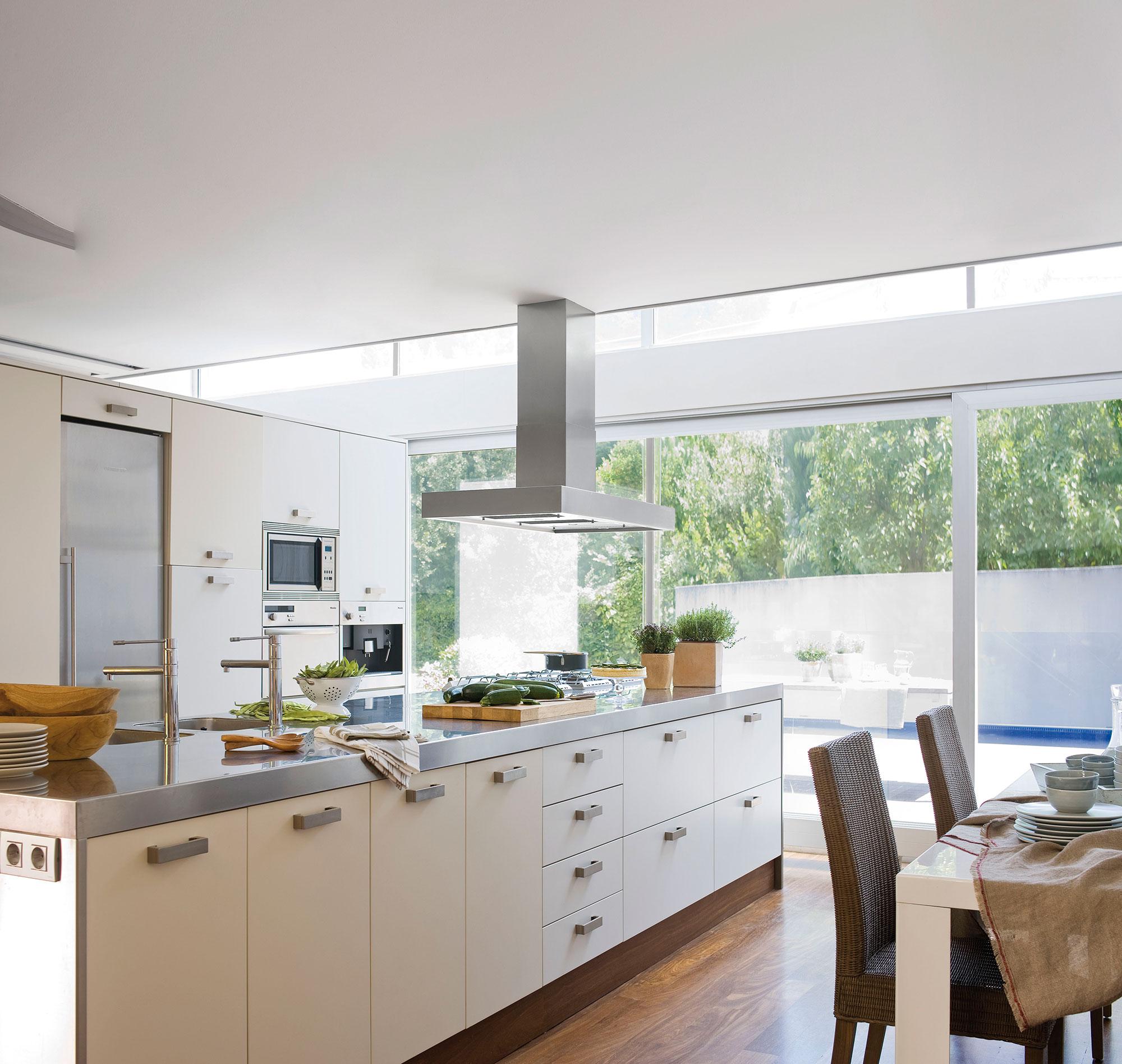 Cocinas blancas for Cocina blanca electrodomesticos blancos