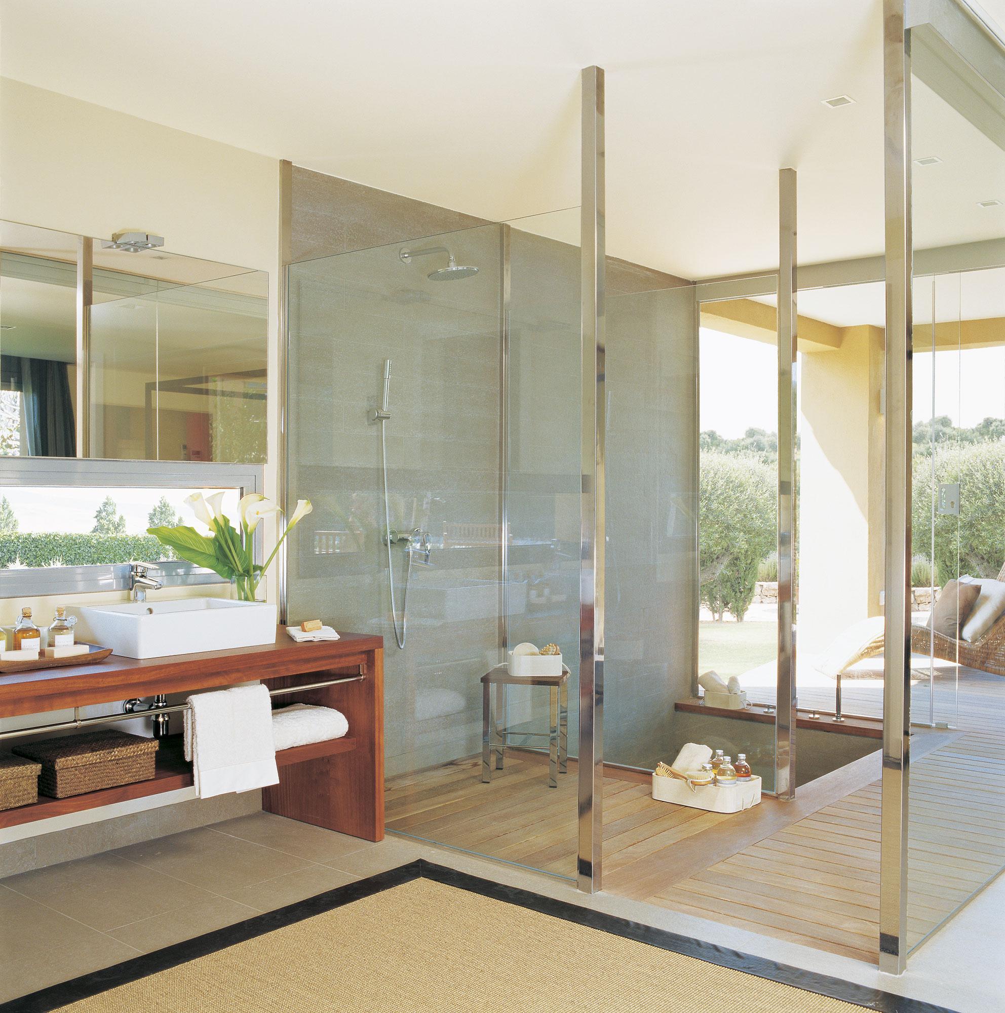 Ba os con ducha pr cticos y ecol gicos - Banos con paredes de cristal ...
