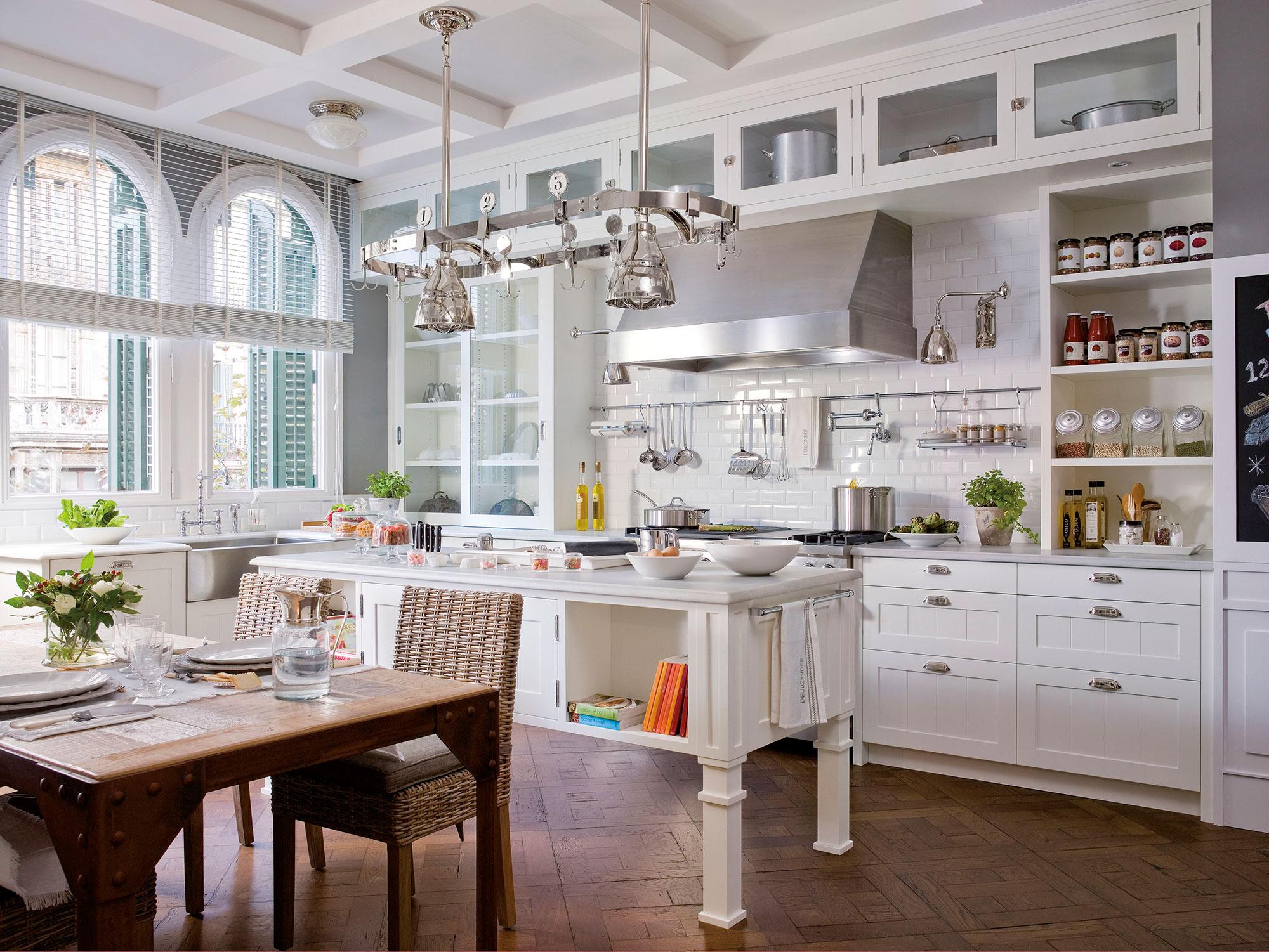 Cocinas blancas for Tiradores estilo industrial