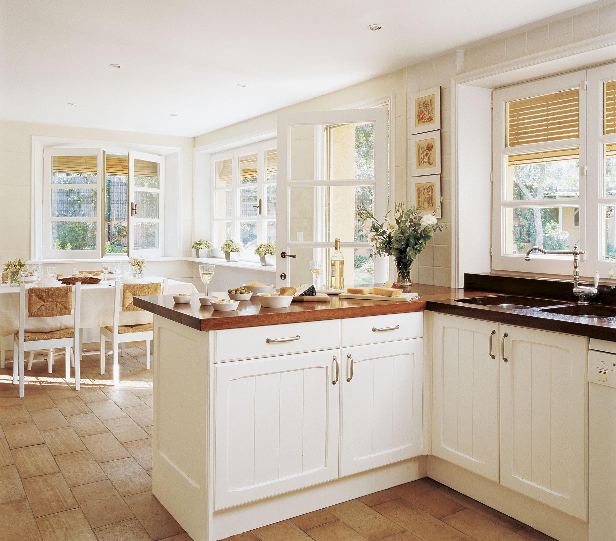 Coordinar gabinete de la cocina piso de madera de color - Cocina Con Pen Nsula Con Encimera De Madera Y Office Al Fondo