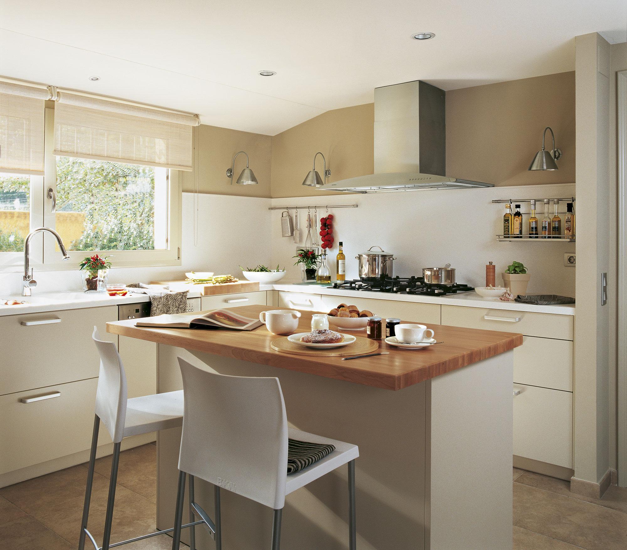 Dise o de una cocina con barra de desayuno for Imagenes de decoracion de cocinas