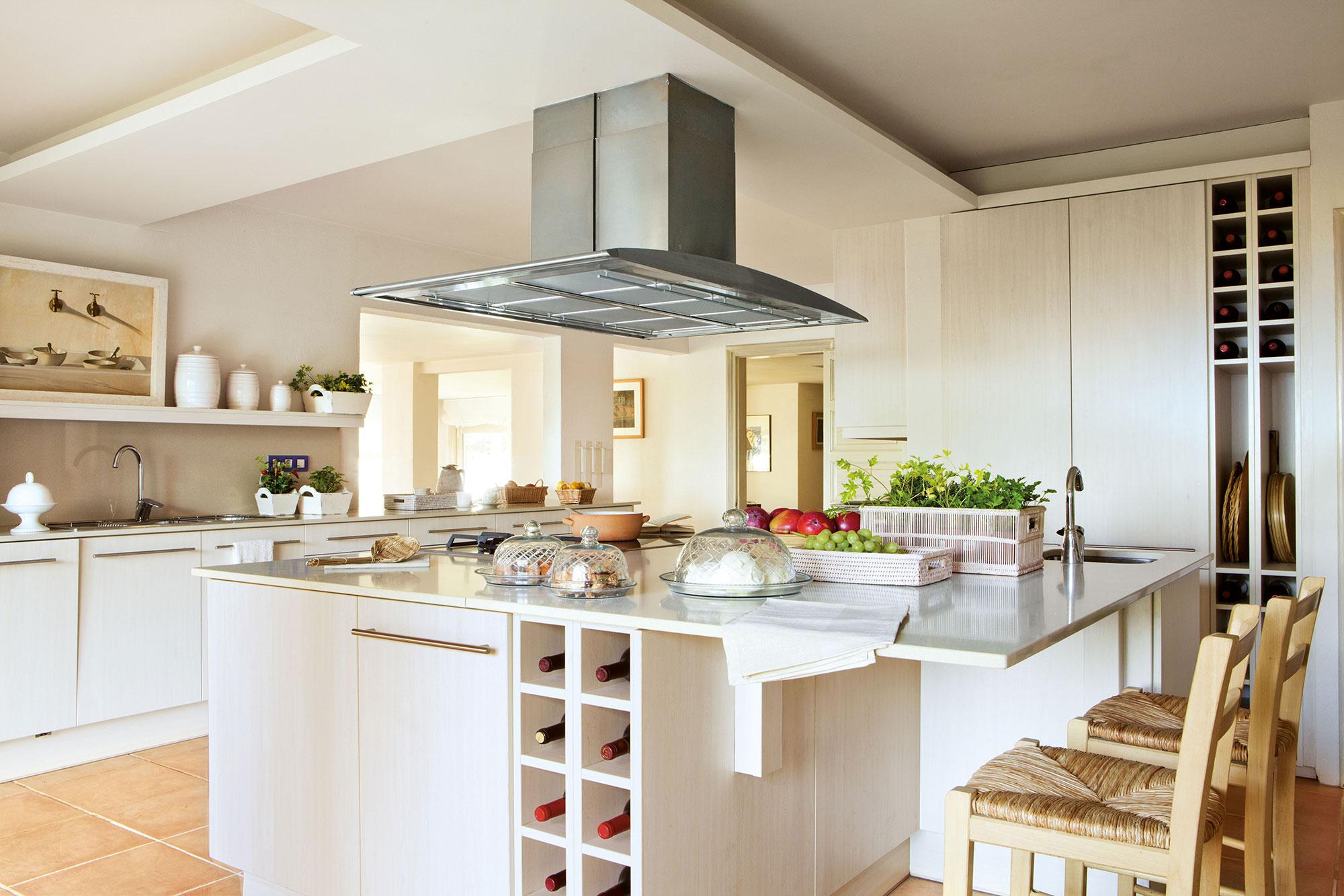 Coordinar gabinete de la cocina piso de madera de color - Cocina Con Una Gran Isla Con Botellero Integrado En Madera Muy Clara