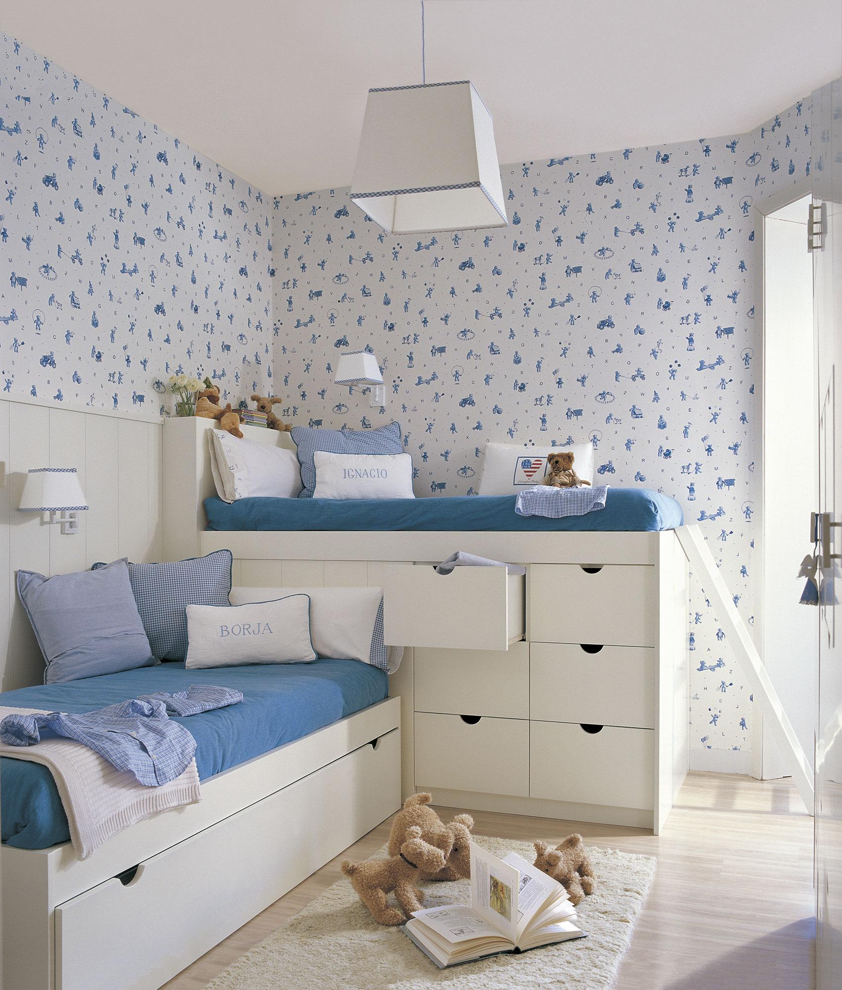 Habitación infantil con cama alta con cajones