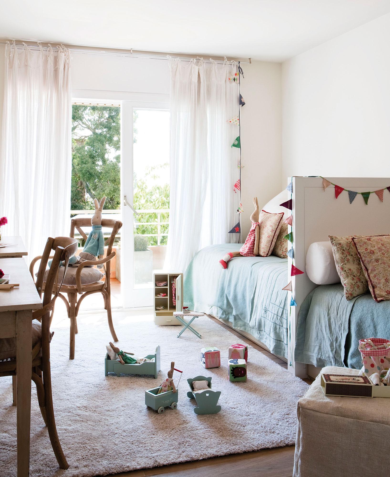 habitacin infantil con dos camas en lnea separadas por un cabecero compartido