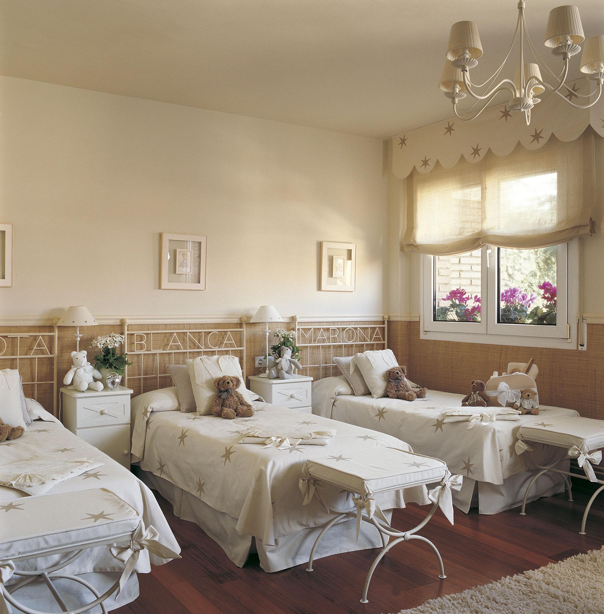 habitacin infantil con tres camas en paralelo