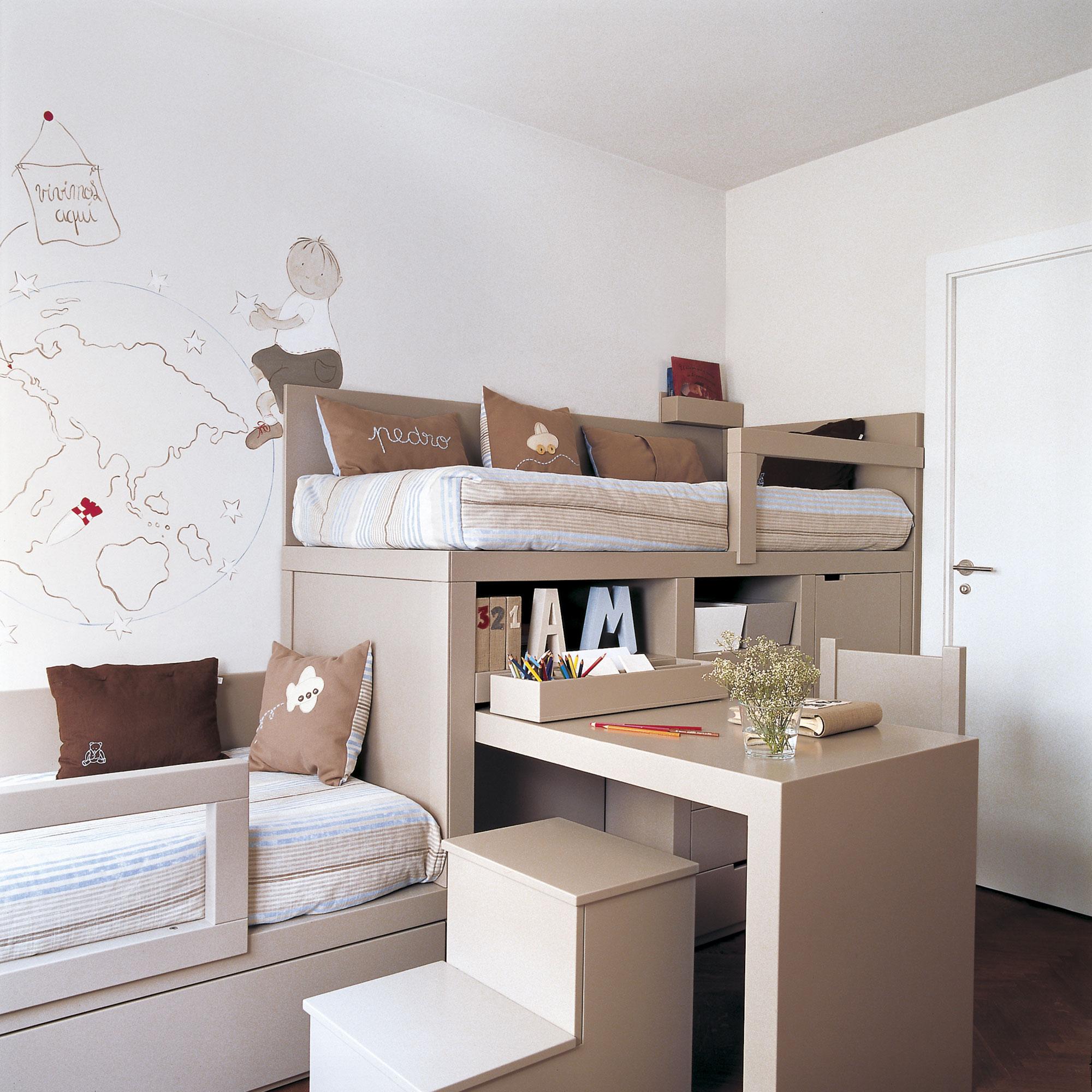 30 habitaciones para m s de dos ni os con buenas ideas for Mesillas de habitacion