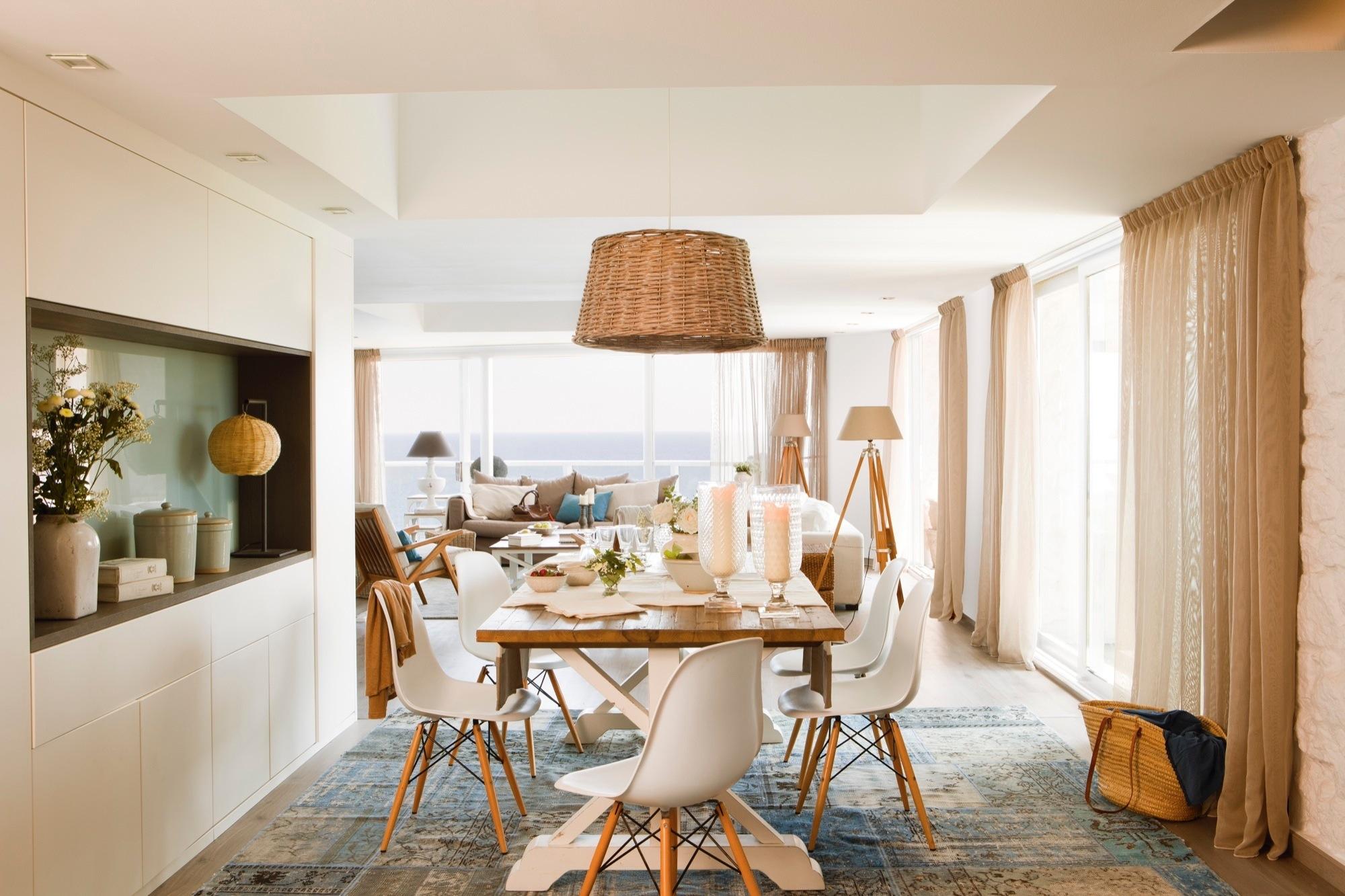 Dos pisos contiguos crearon un d plex de vacaciones en la for Maison du monde lamparas de mesa