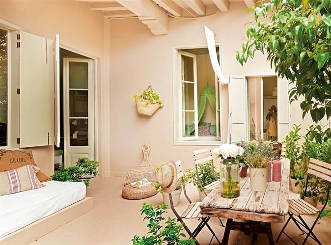 Piso con patio de estilo femenino for Pisos para patios interiores