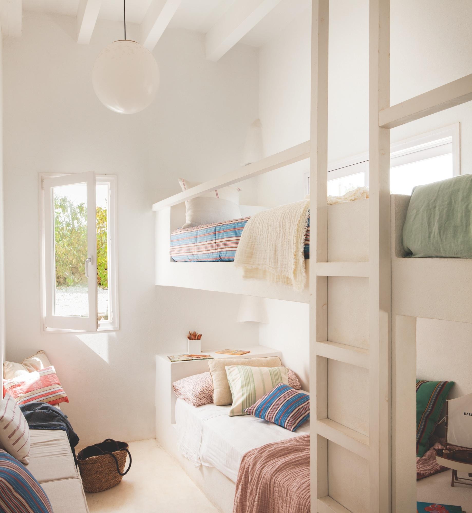 Una casa en menorca con vistas al mar perfecta para el verano - Camas de obra ...