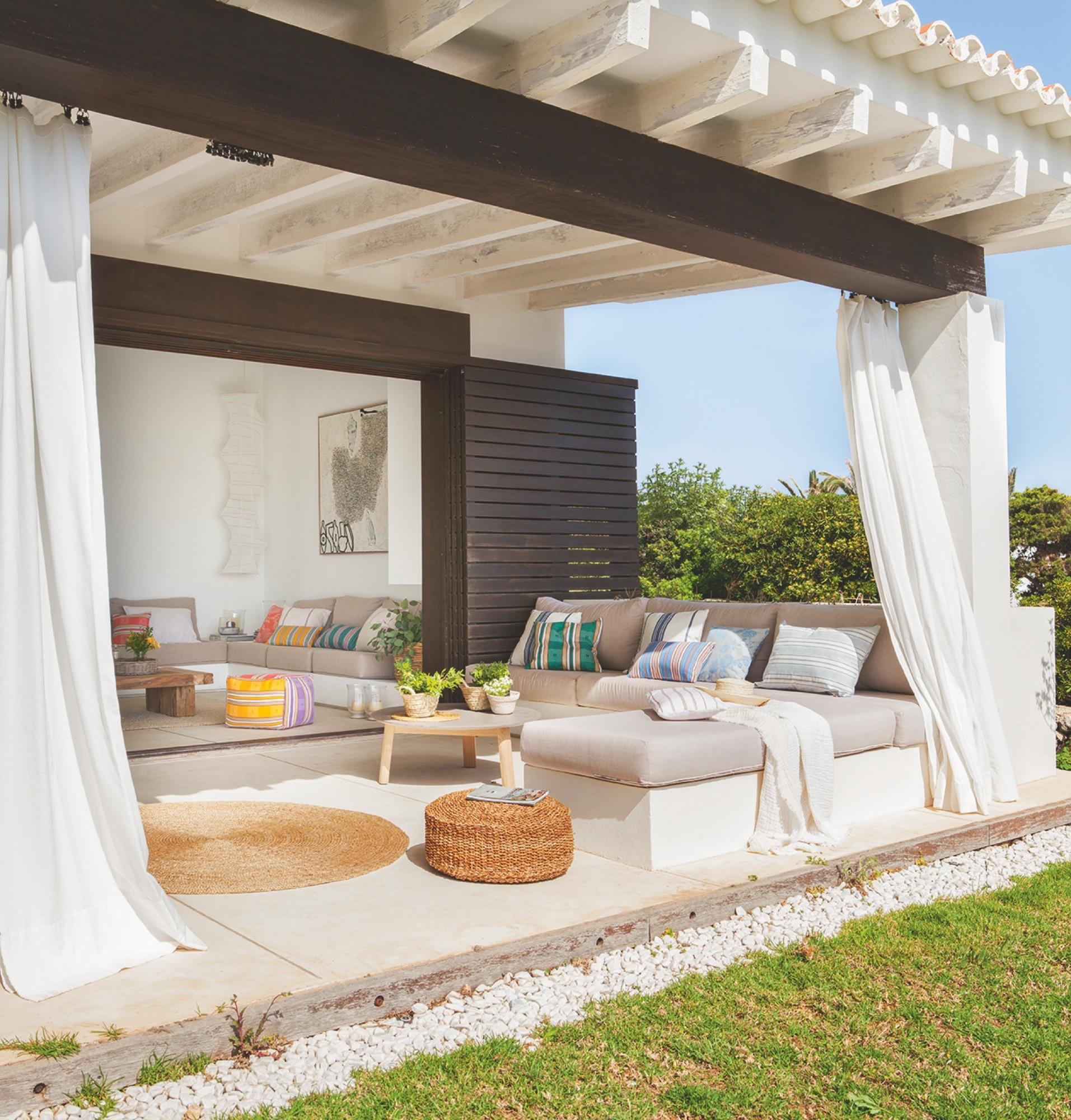 Una casa en menorca con vistas al mar y un porche de ensue o - Cortinas para porche exterior ...