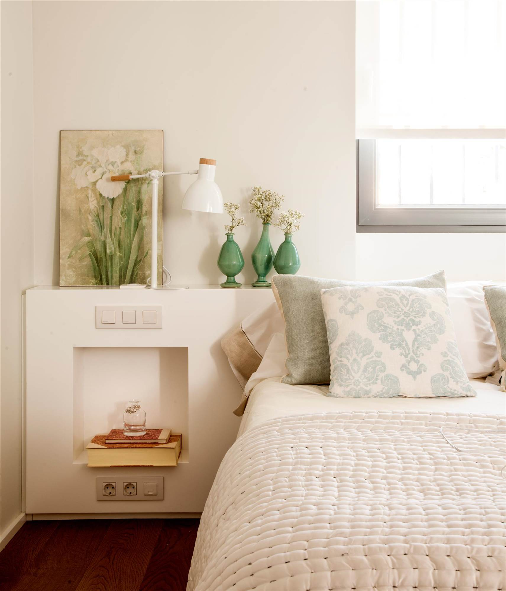 Dormitorio Con Cabecero De Obra Y Hornacina A Modo De Mesilla De Noche,  Cuadro Y