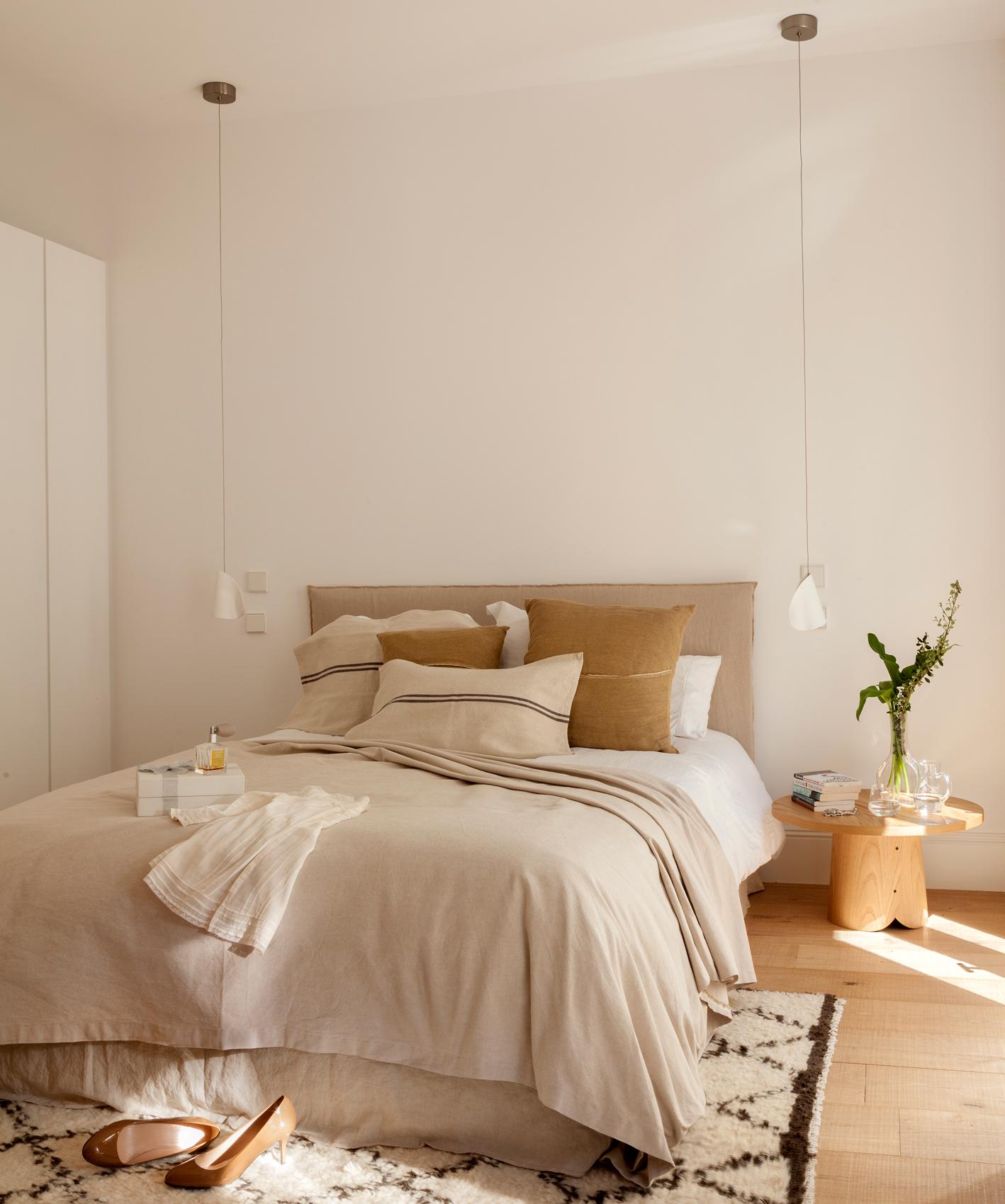 Dormitorio Contemporáneo Con Lámparas Colgantes A Ambos Lados De La Cama,  Afombra De Pelo Y