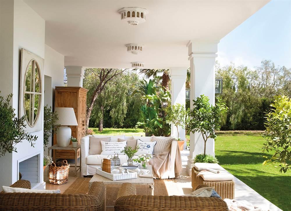 Rahabilitaci n de una casa de campo para familia grande for Lamparas porche exterior