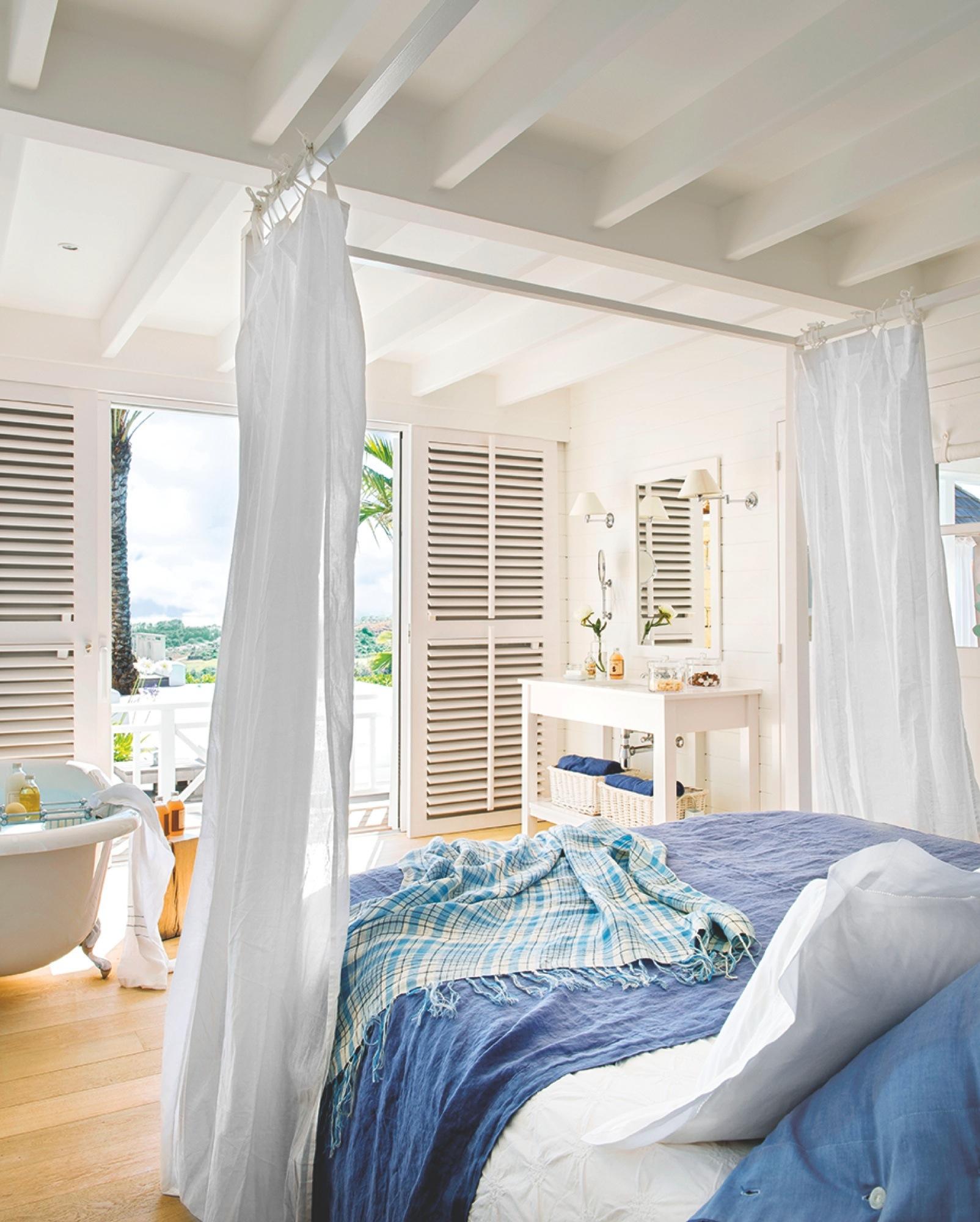 00365839. Dormitorio en blanco y azul con dosel y ventanas abiertas_365839