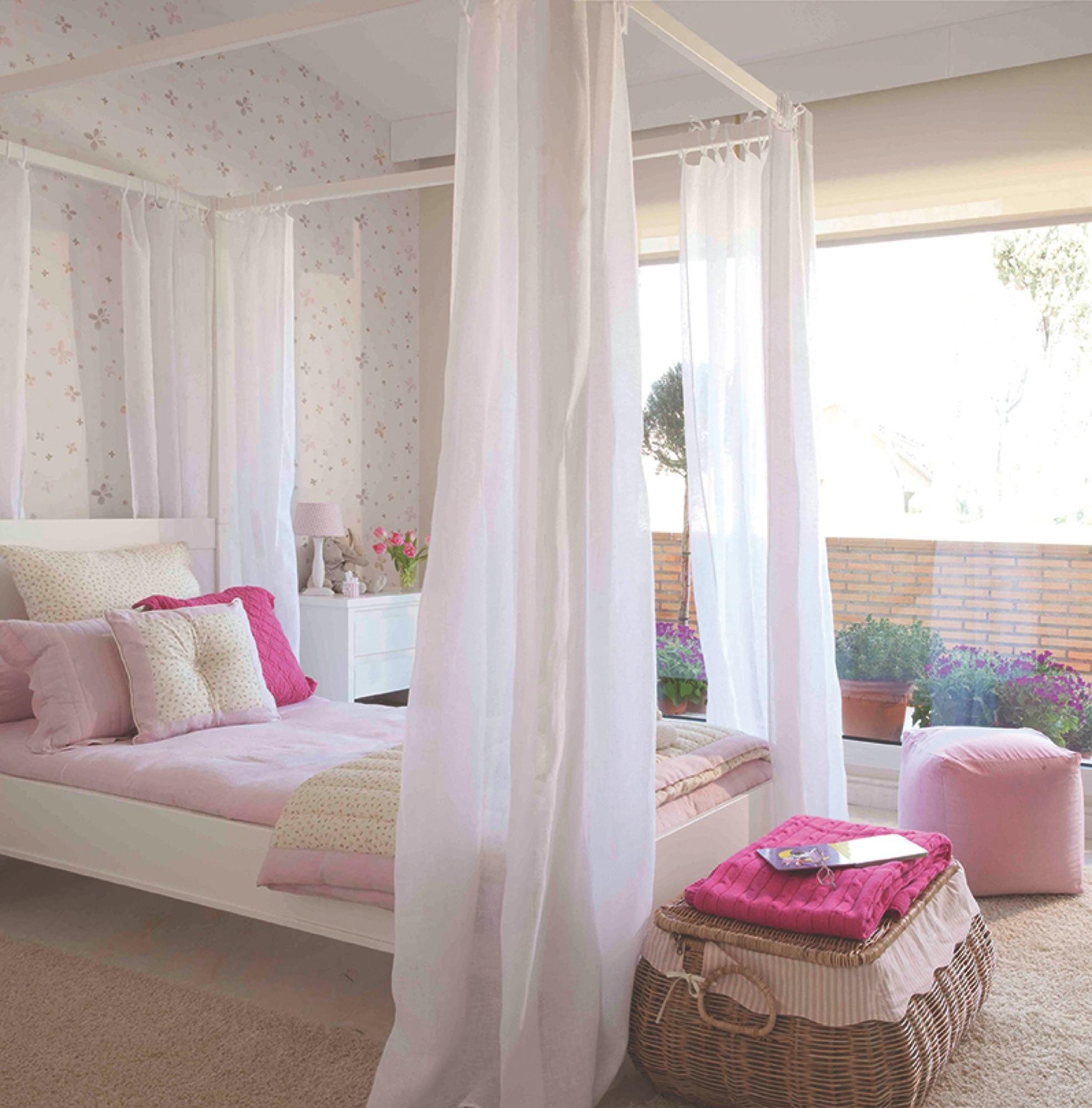 domitorio infantil con un gran ventanal papel pinado y cama con dosel para romnticas