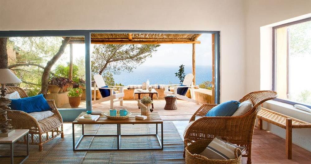 Salón con gran ventanal abierto al porche