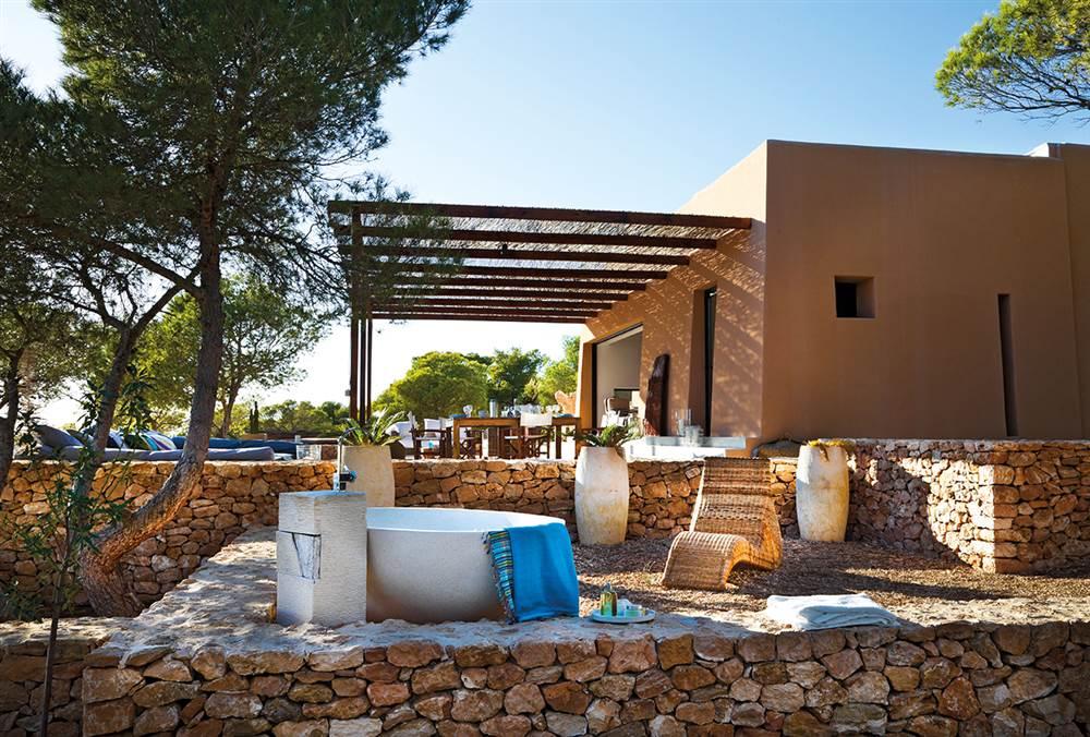 Casa en formentera con materiales aut ctonos - Baneras vistas ...