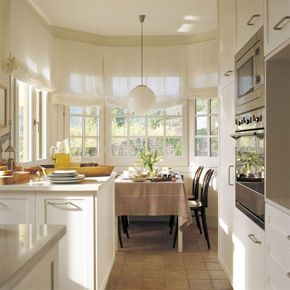 Office entre ventanales en cocina blanca