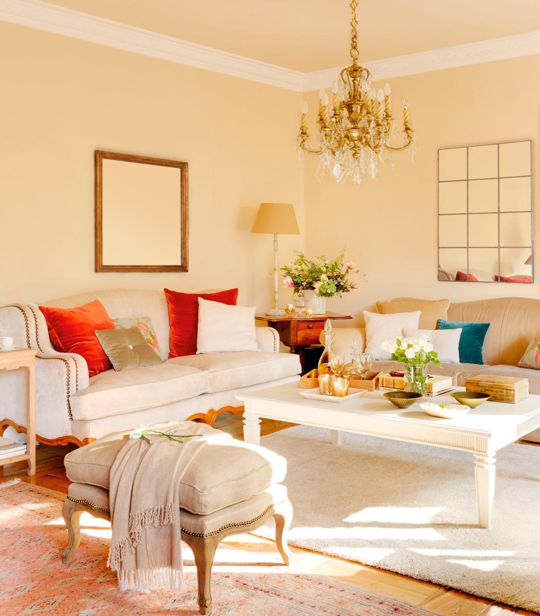 5-Salón-con-chandelier,-banqueta,-mesa-de-centro-y-sofá-con-cojines-rojos 326537