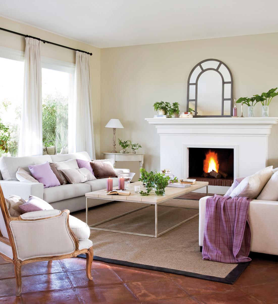 10-Salón-clásico-con-toques-lilas,-espejo-con-cuarterones,-alfombra-con-ribete-y-butaca-afrancesada 303808