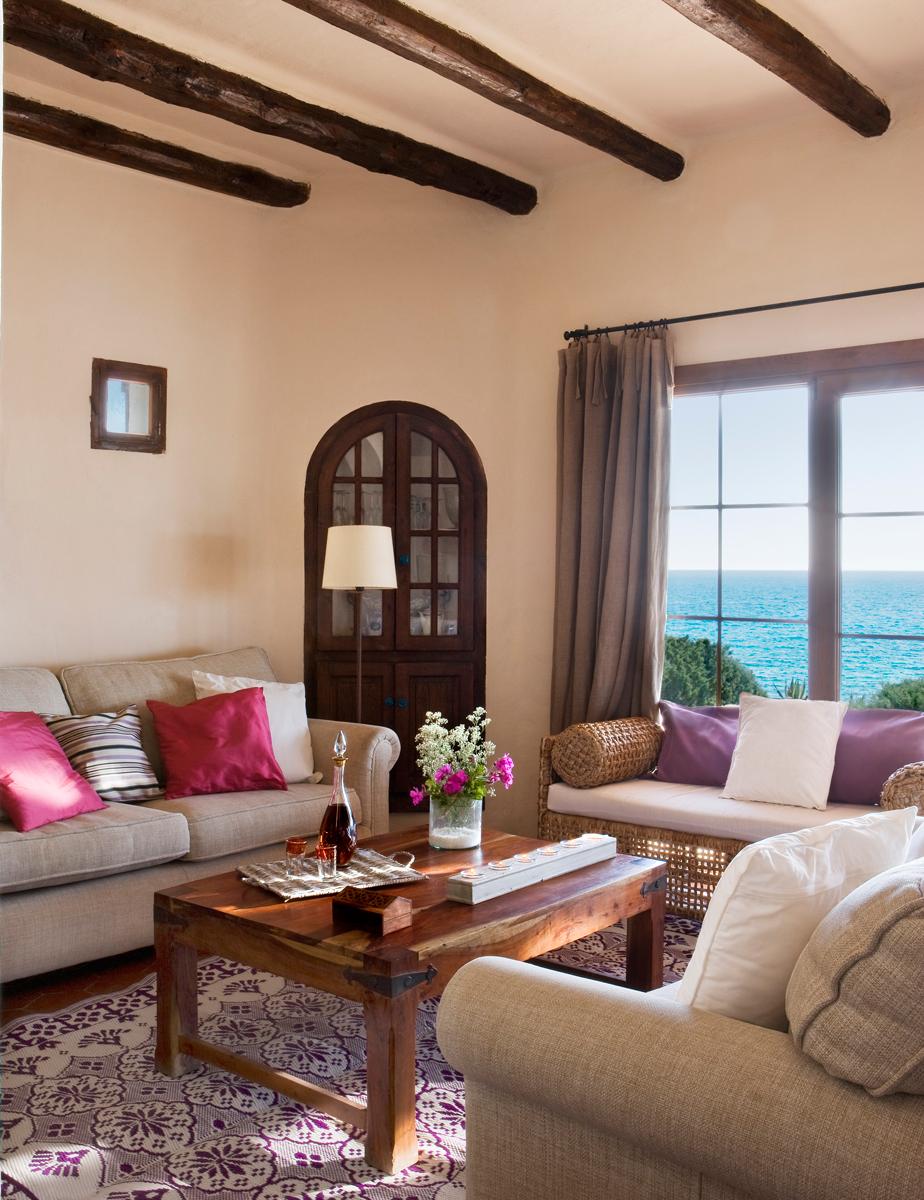 6 Salón-con-vigas-de-madera,-alfombra-y-cojines-lilas-y-armario-empotrado-antiguo 268859