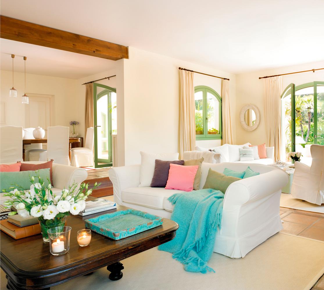 15 salones con el toque justo de color - Mesa salon madera ...