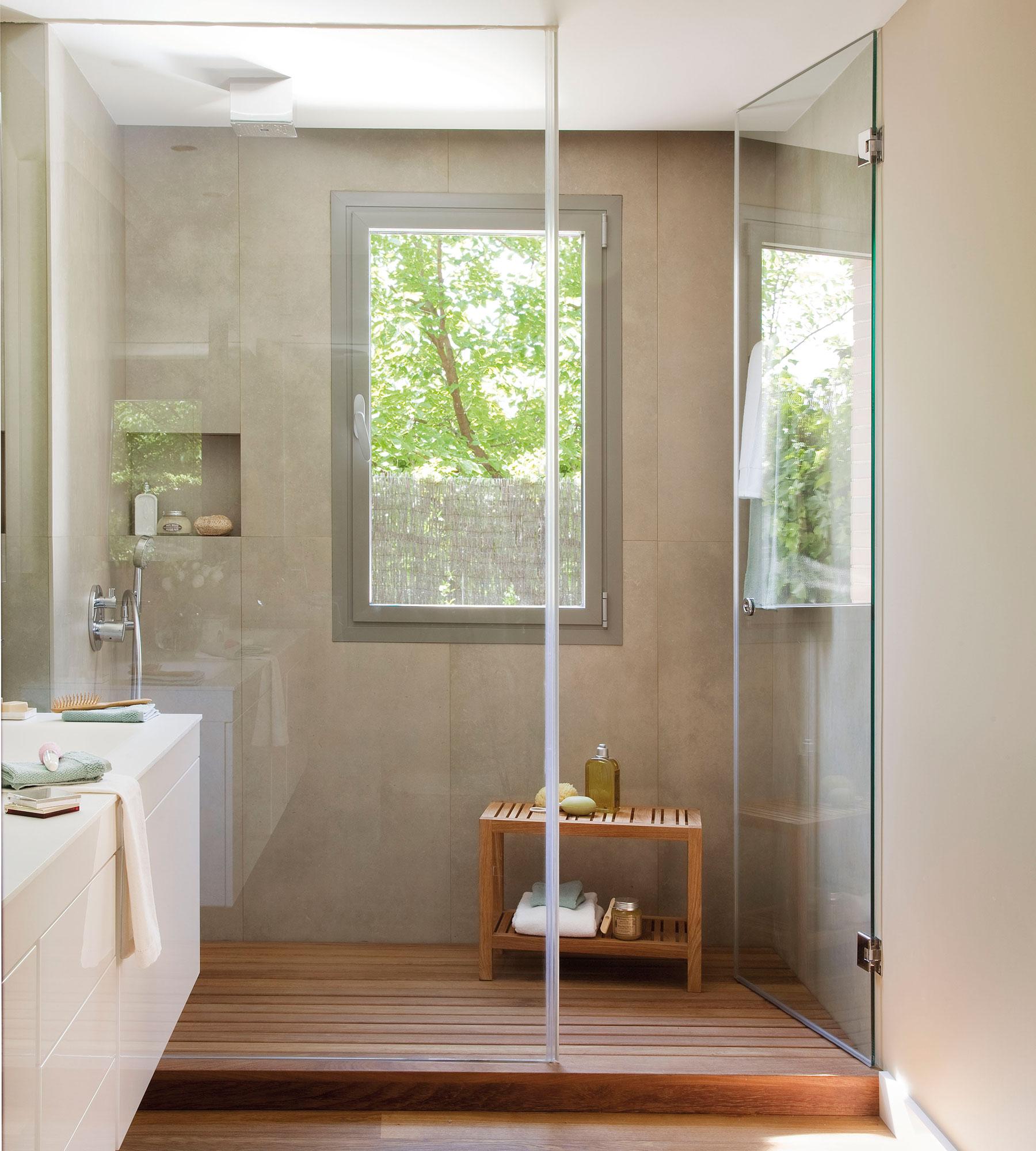 bao con gran gran ducha a medida ventana y tarima de madera en - Duchas Grandes