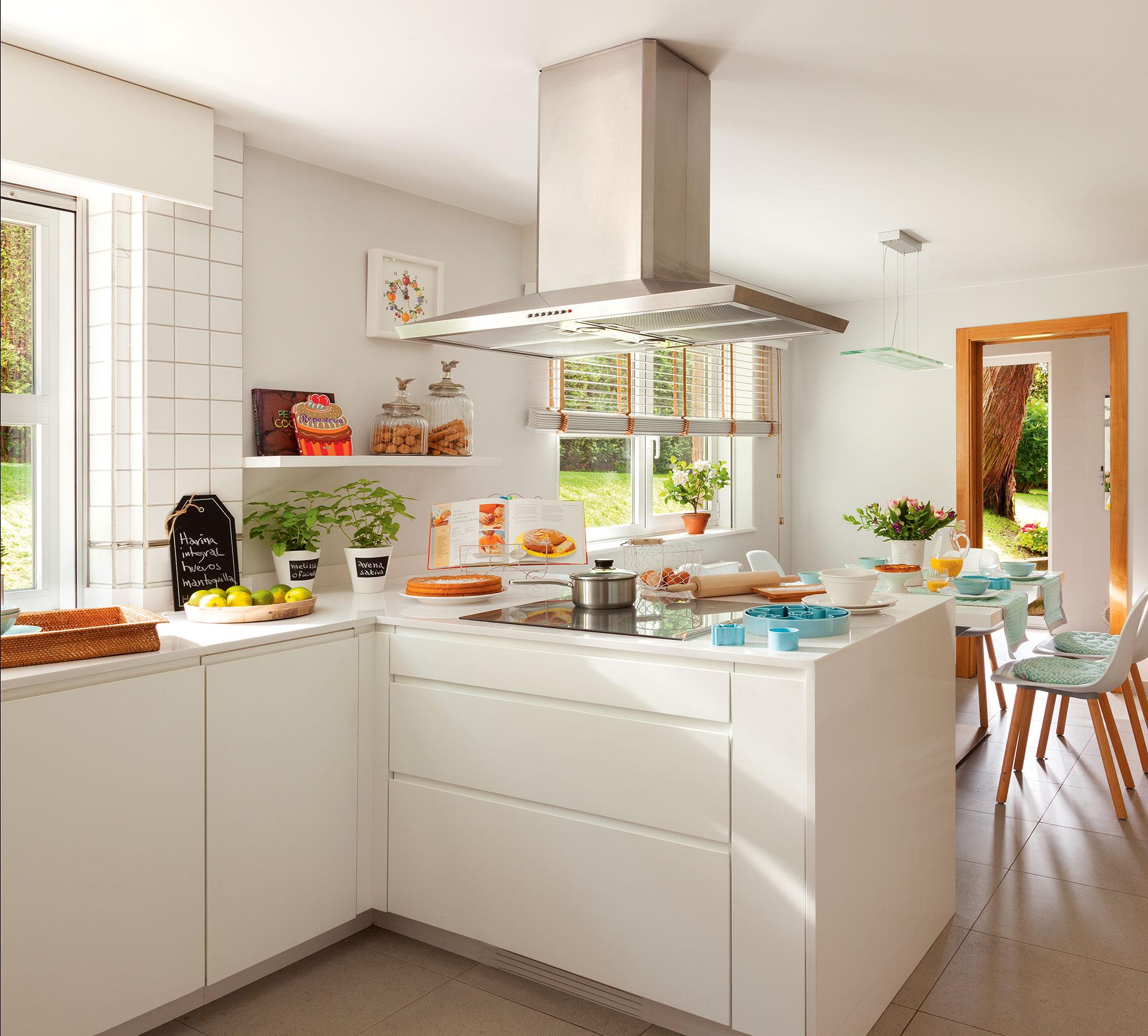 Cocinas en blanco una apuesta atemporal y muy luminosa for Color credence cocina blanca