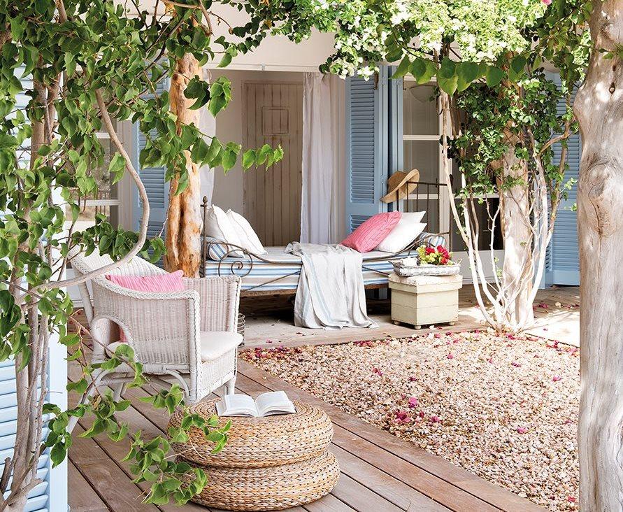 Peque a casita blanca y azul en formentera - Enredaderas de interior ...