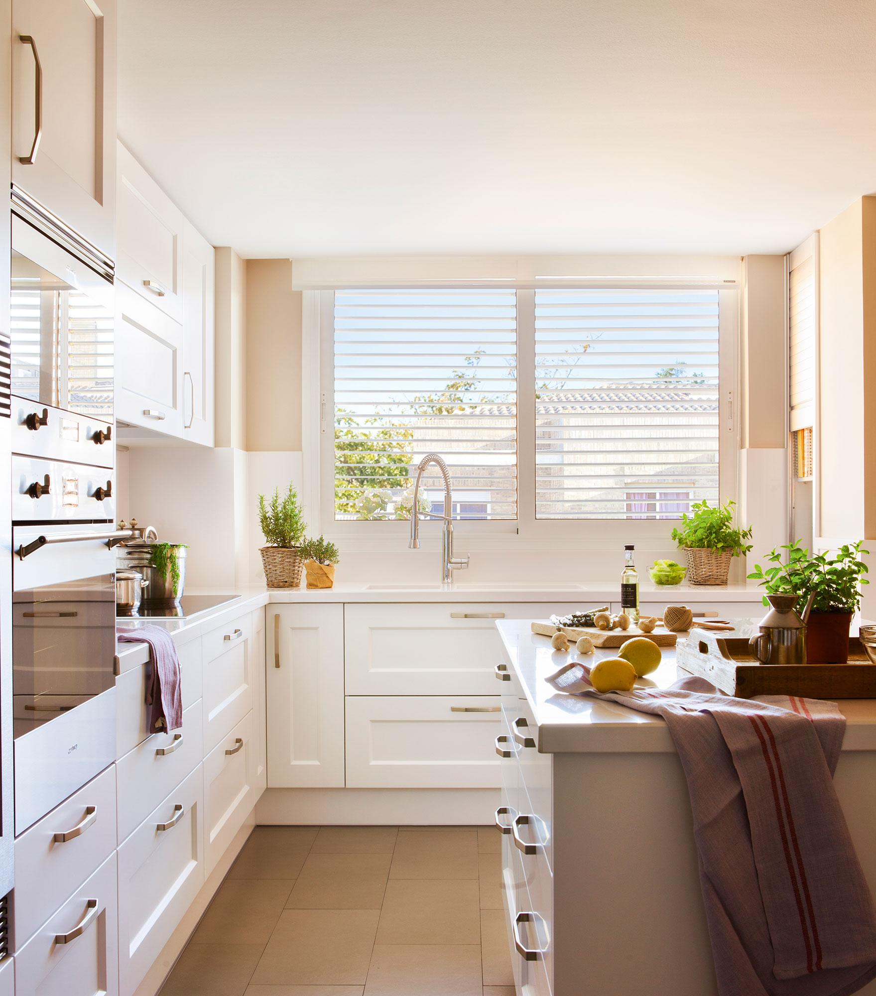 Ideas para aprovechar el espacio en las cocinas peque as for Cocina 3 metros pared