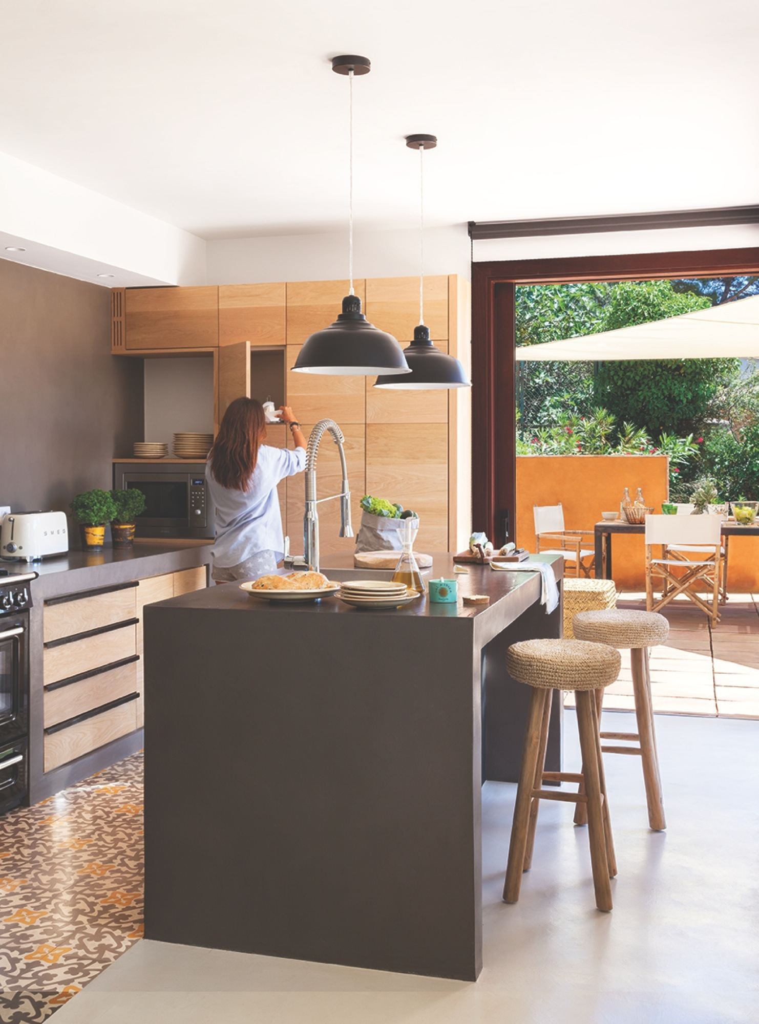 Cocina suelo gris top perfect ejemplo de cocina comedor for Cocina comedor en l