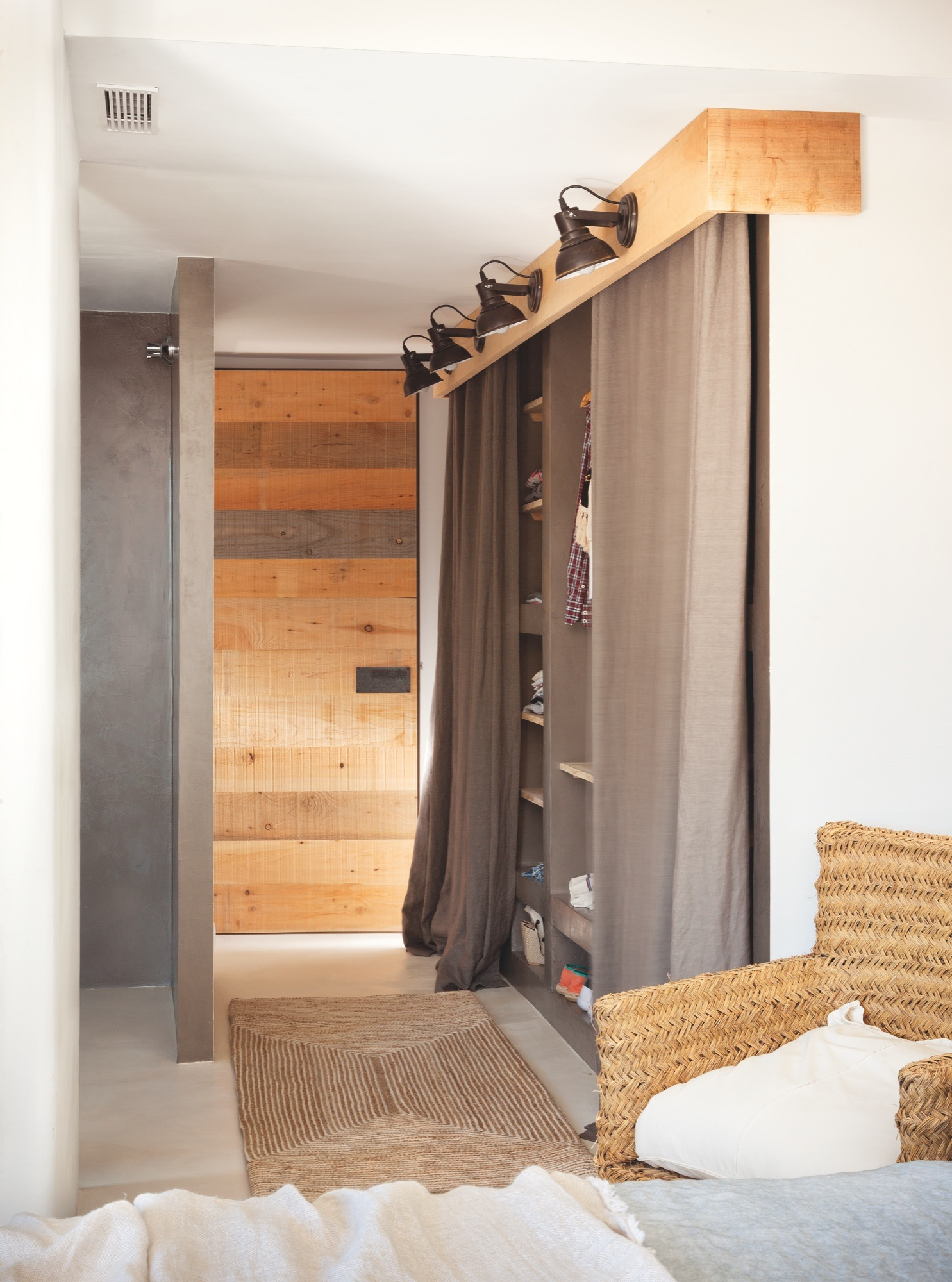 Casa de vacaciones con estilo ibicenco playero y toques de for Cortinas para armarios empotrados