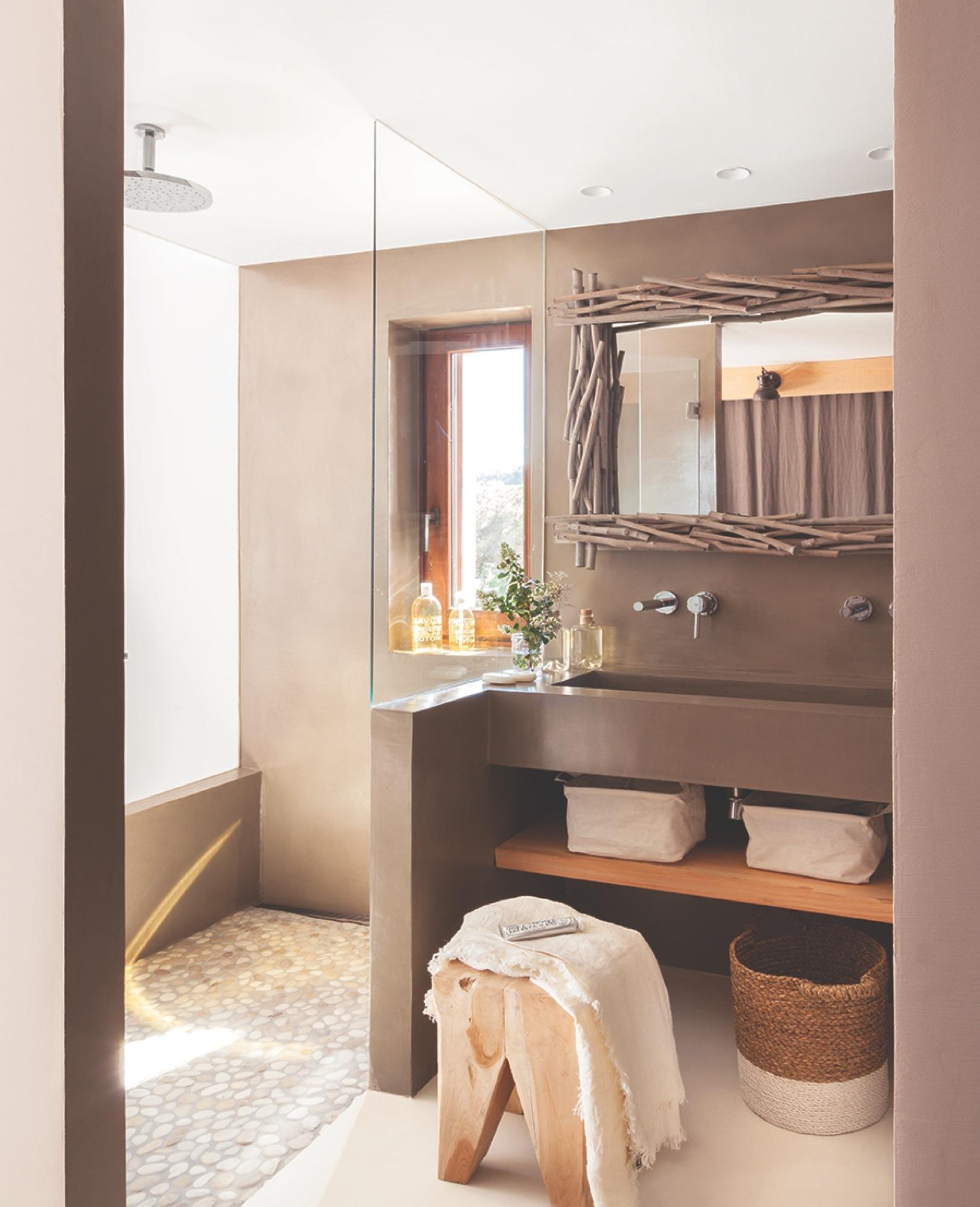 Baño Microcemento Gris:Baño en microcemento gris, estante y espejo de madera y taburete_MG
