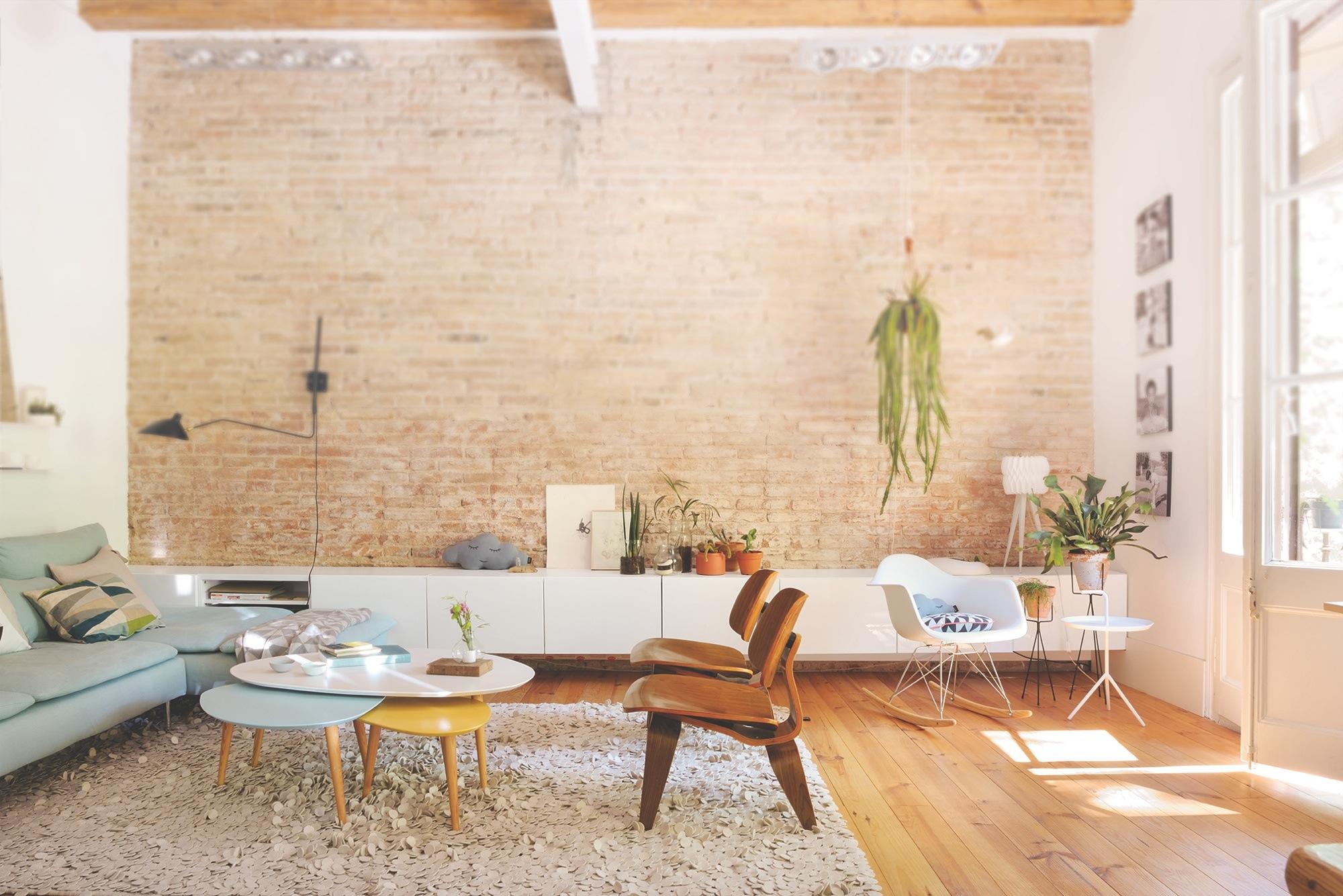 El piso de la joven interiorista neus casanova de degoma for Muebles bajos de salon