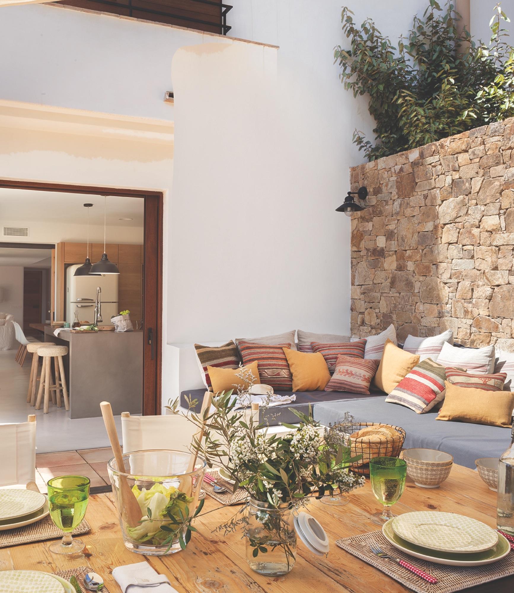 Casa de vacaciones con estilo ibicenco playero y toques de for Sofa exterior de obra
