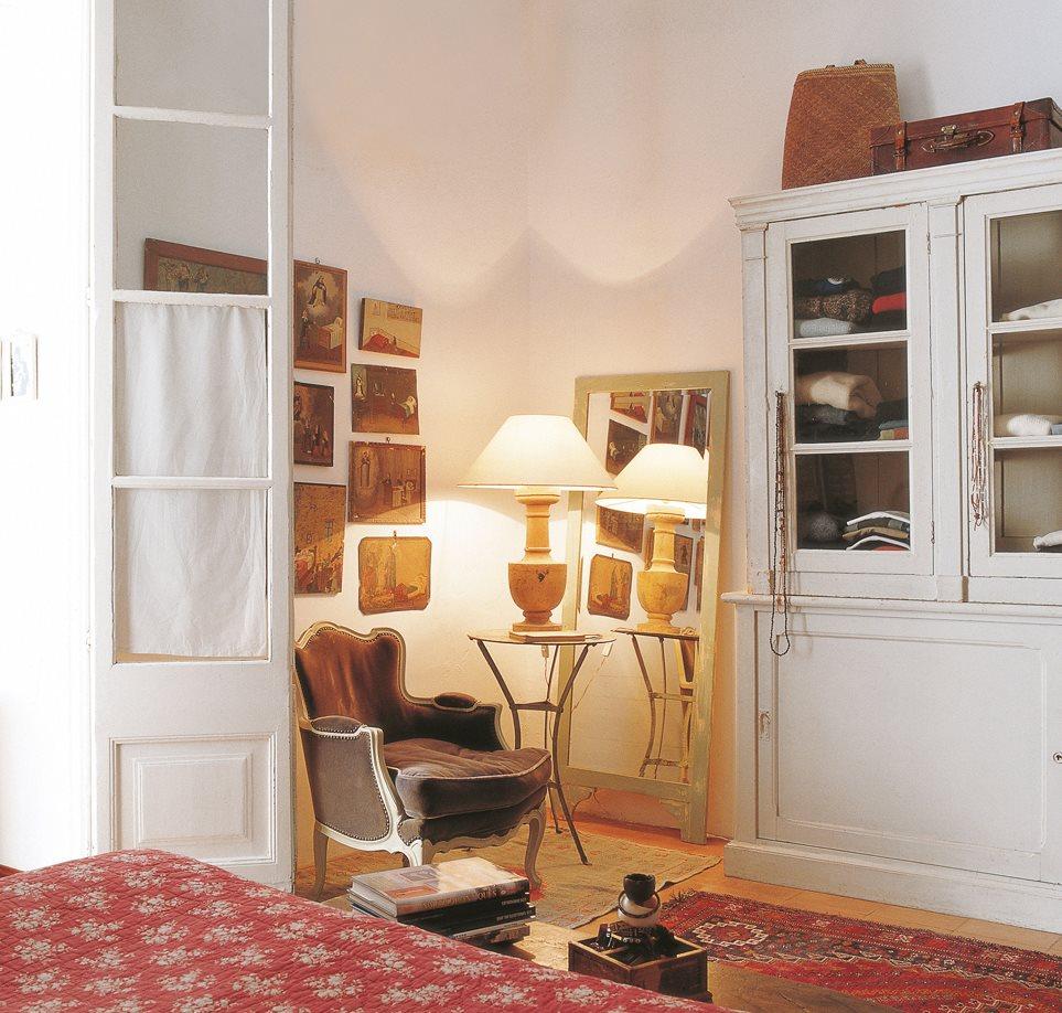 vitrina a modo de armario en dormitorio