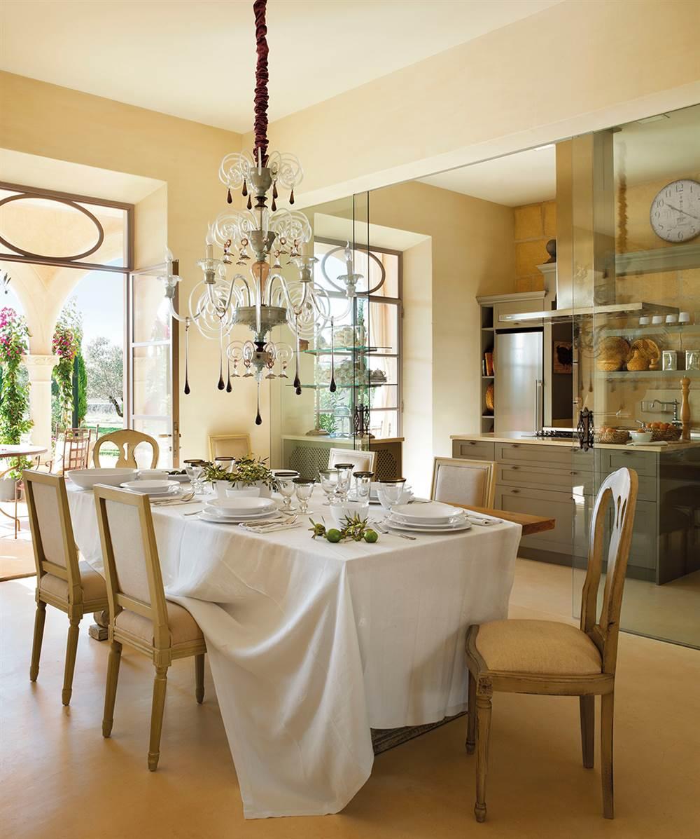 Una casa en mallorca rodeada de olivos for Pared cristal cocina