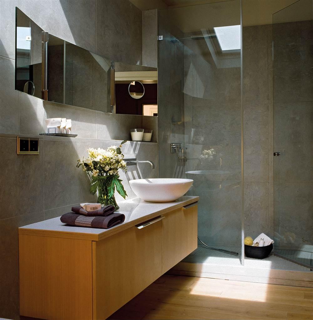 si vives en una planta baja puedes hacer una ducha de obra al nivel del resto del bao con el mismo pavimento para ganar continuidad y con