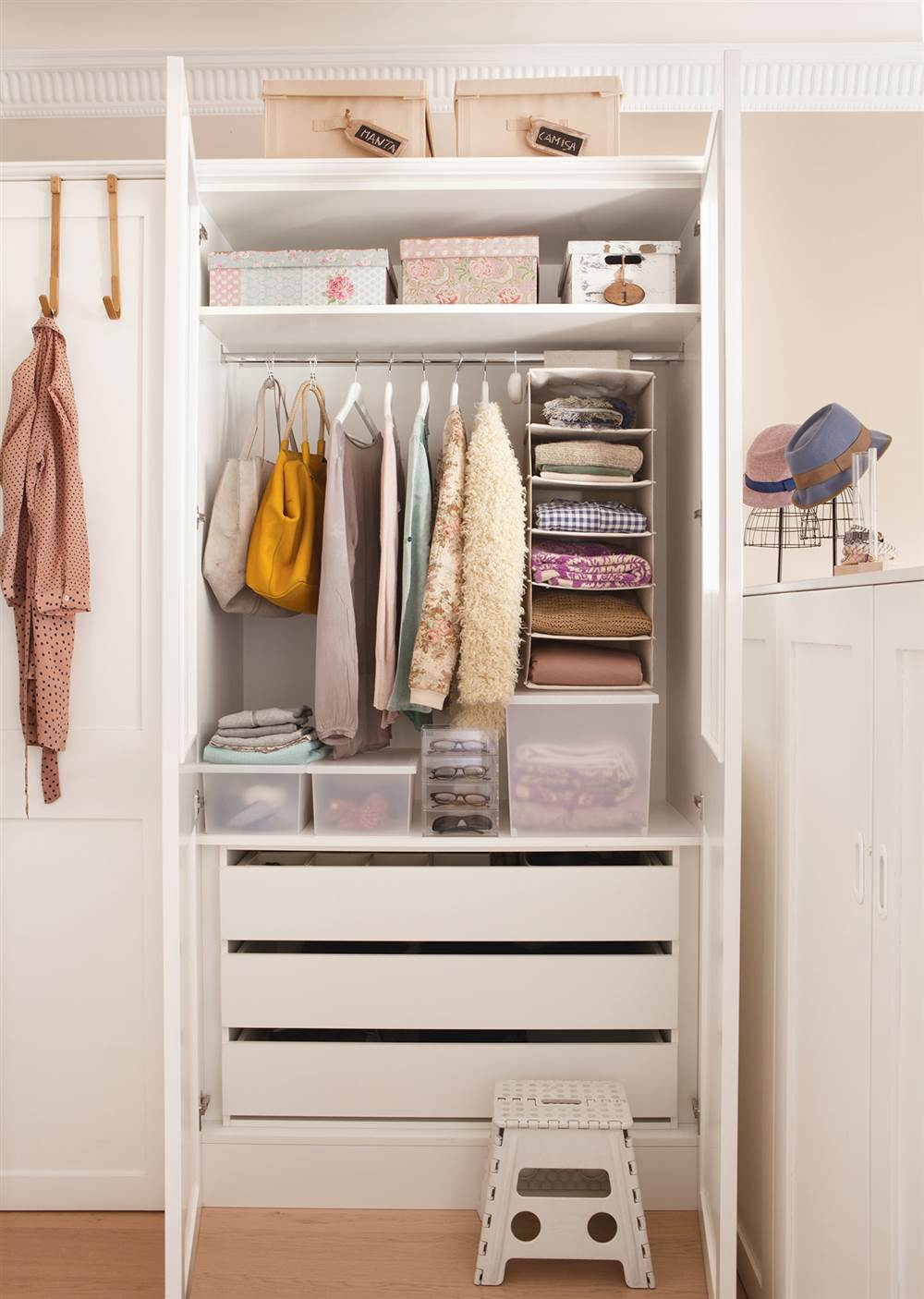 C mo organizar bien el armario for Cajas para guardar ropa armario