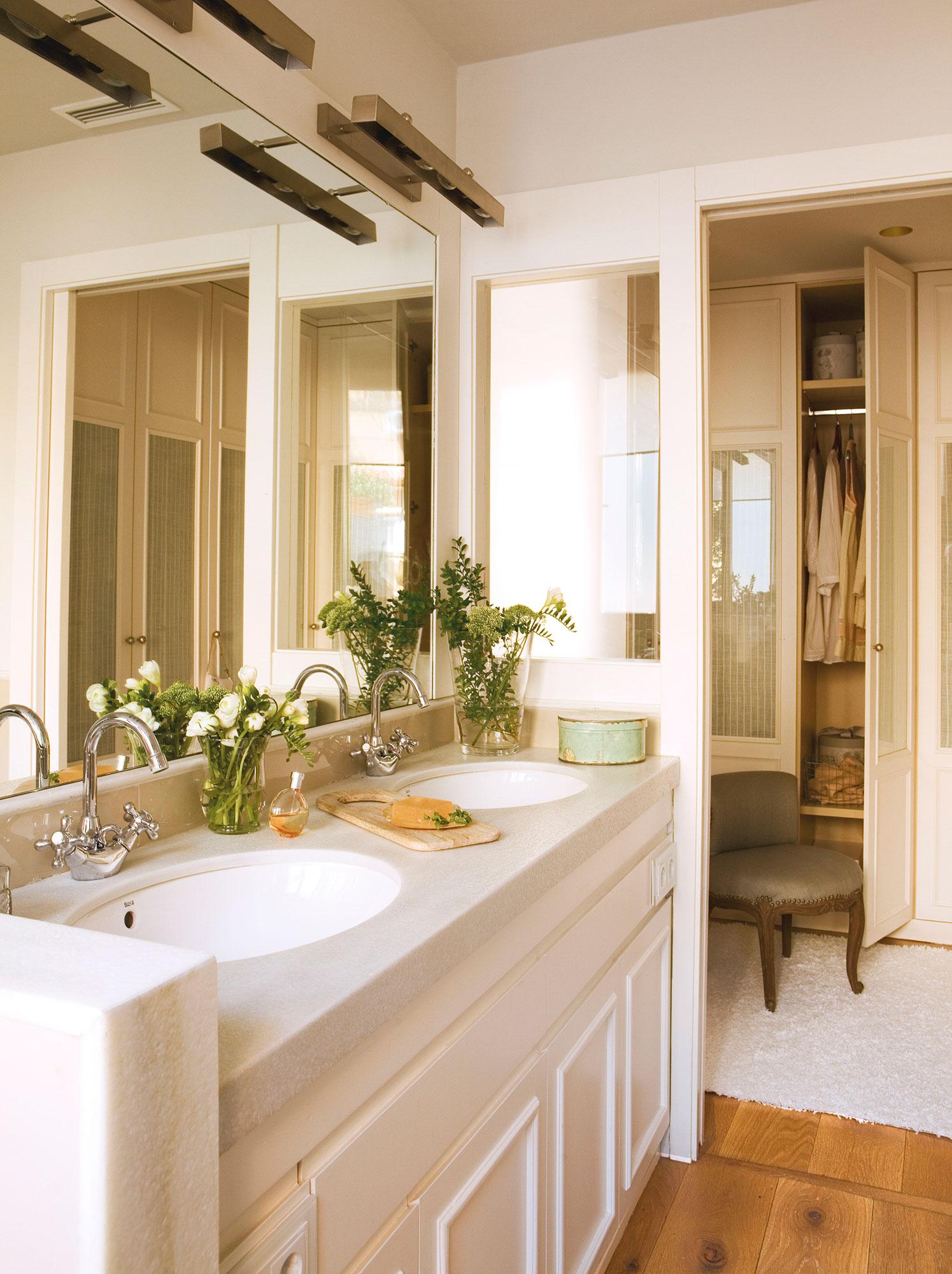 Baño abierto al vestidor con mueble bajolavabo y lavamos dobles