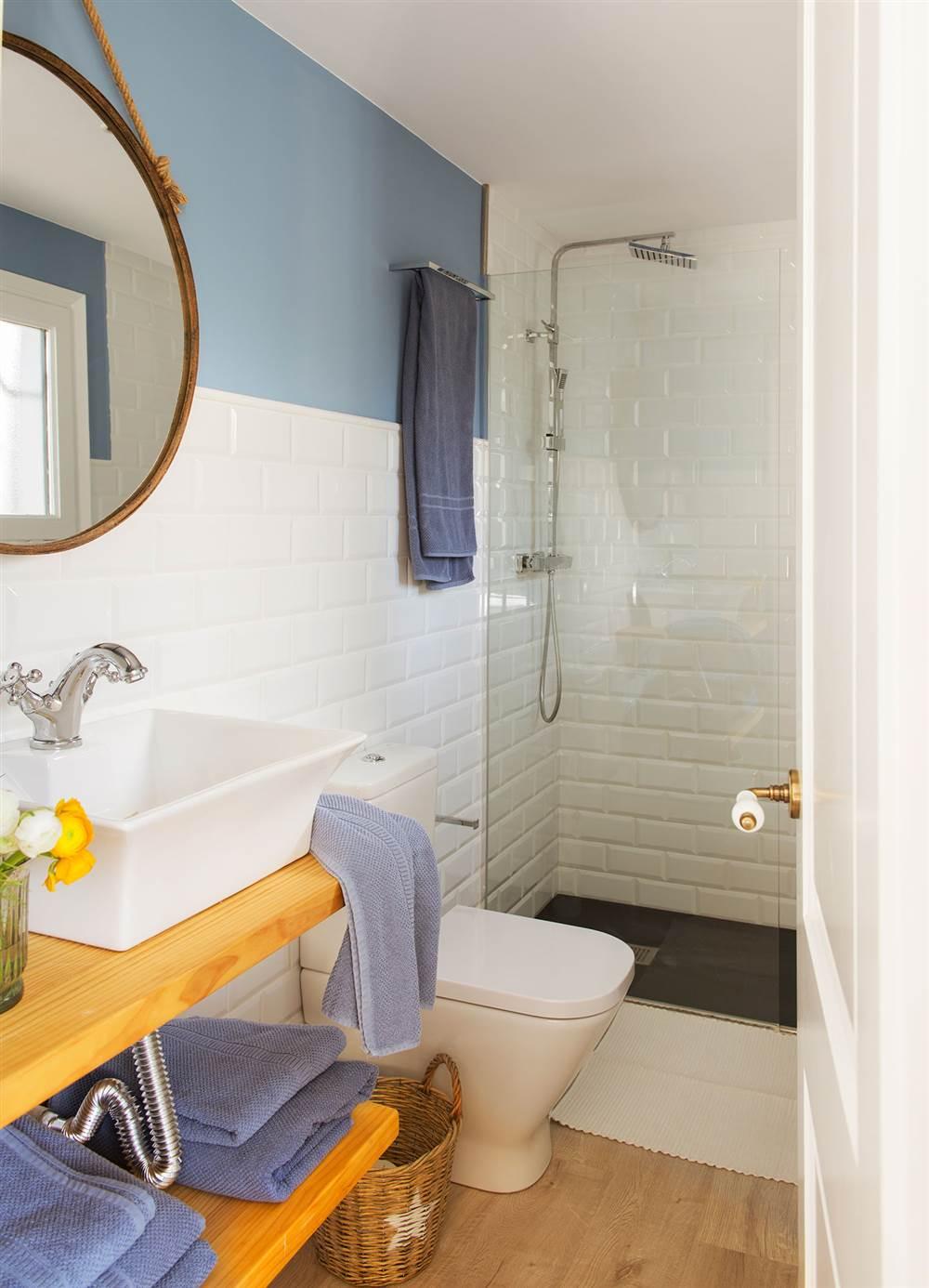 Un ba o m s luminoso 10 trucos para ganar metros y for Revestimiento de paredes para duchas