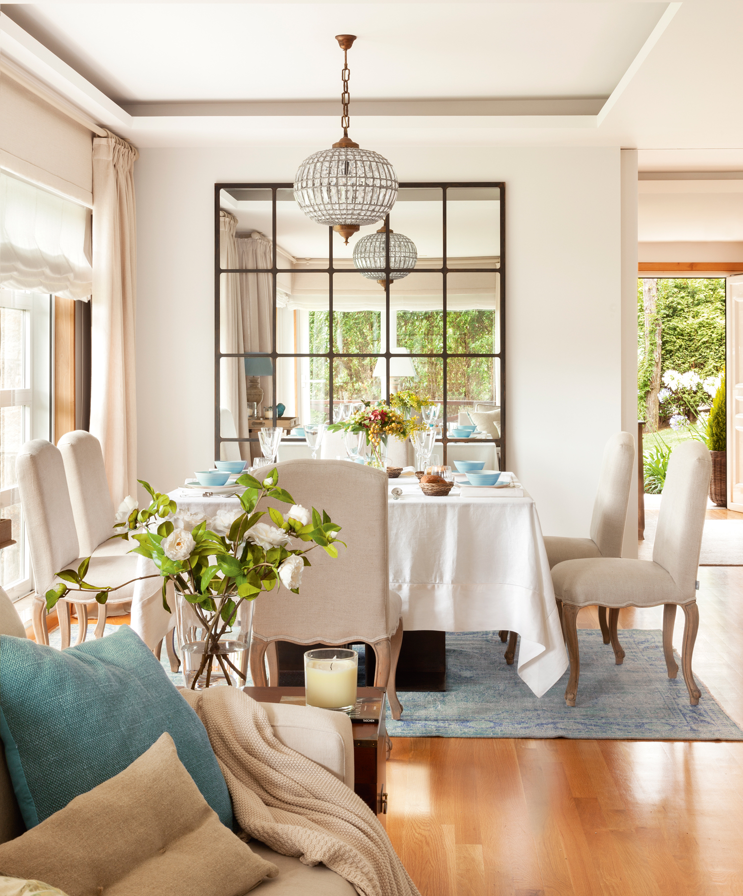 10 00410977. Office con una alfombra azul y un gran espejo dividido en cuadros en la pared_10 00410977